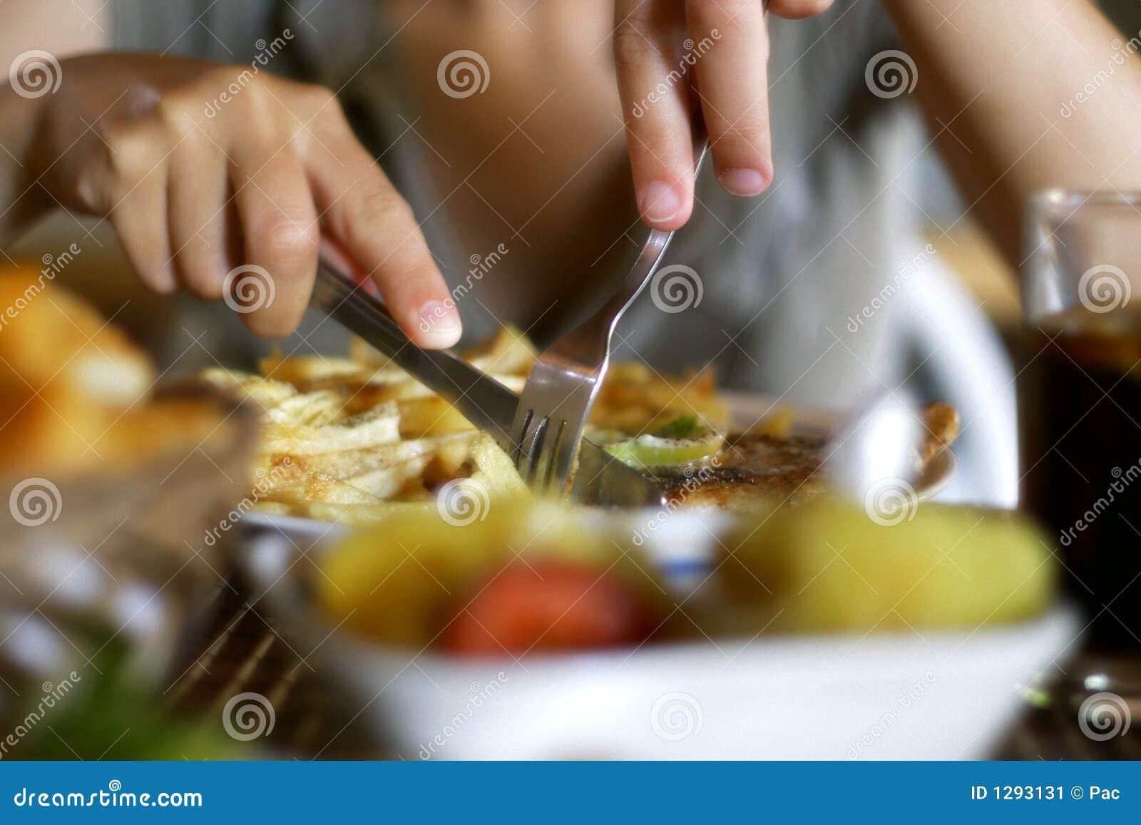 Mulher com faca e forquilha