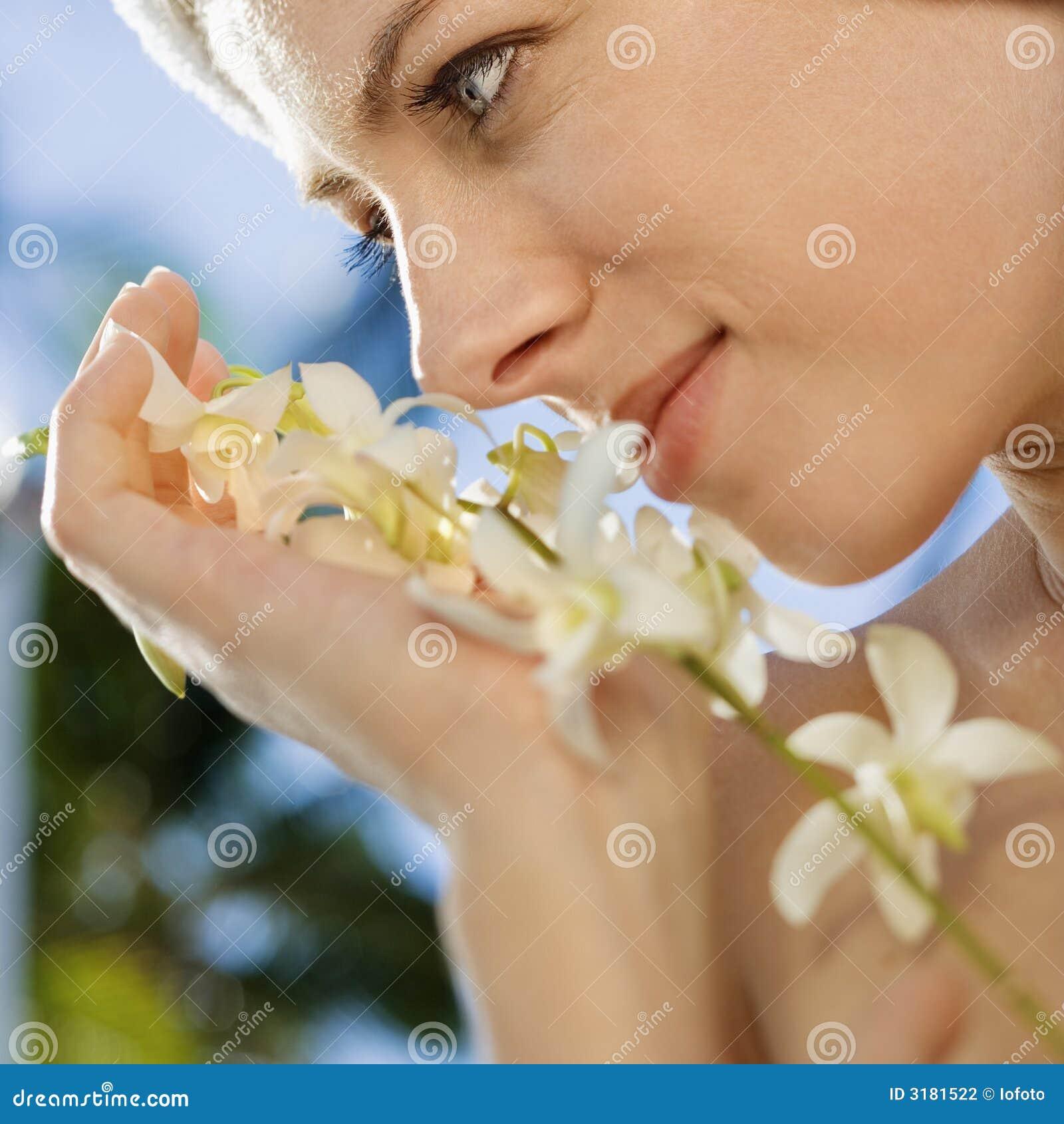 Mulher com flores.