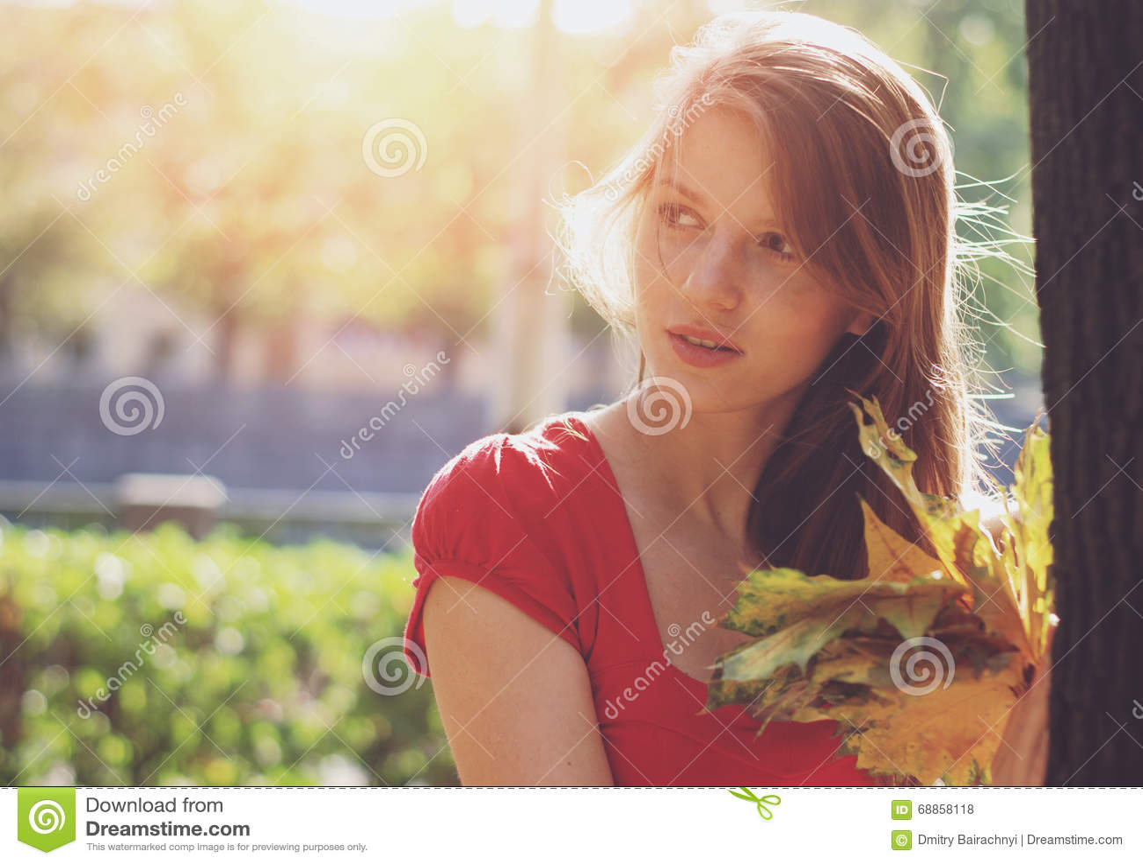 Mulher com folhas amarelas