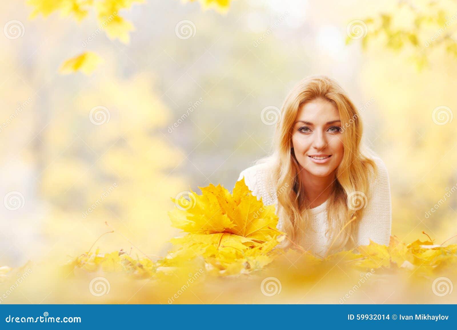 Mulher com grupo das folhas de bordo
