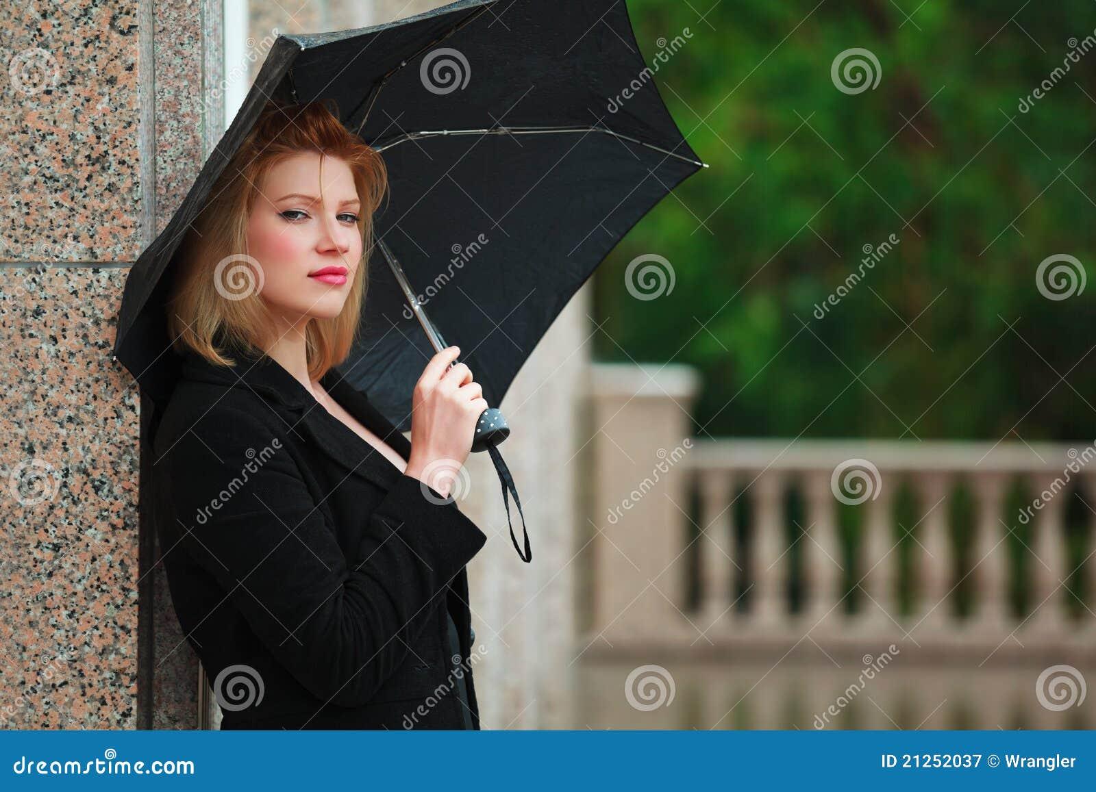 Mulher com guarda-chuva