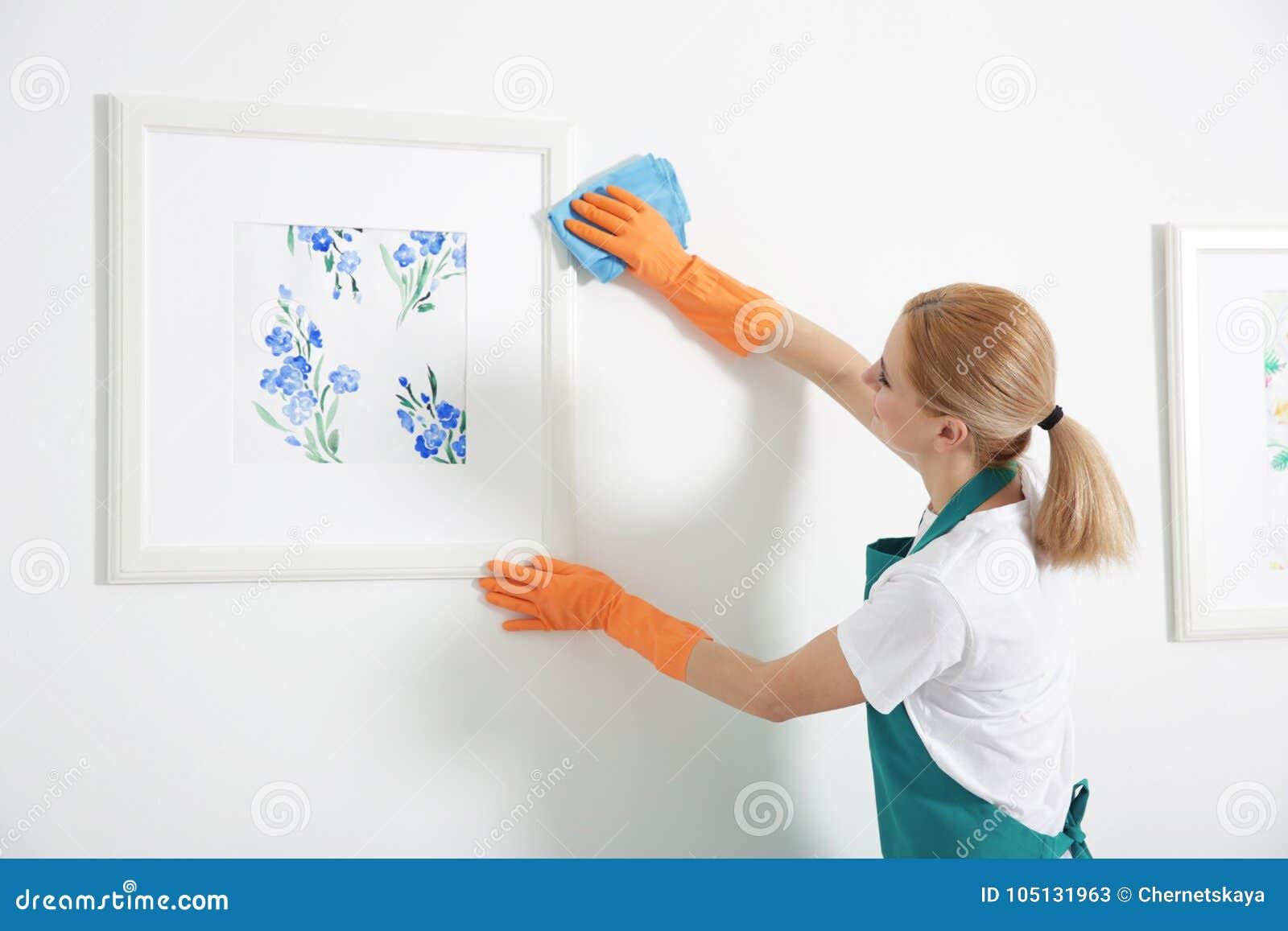 Mulher com limpeza de pano