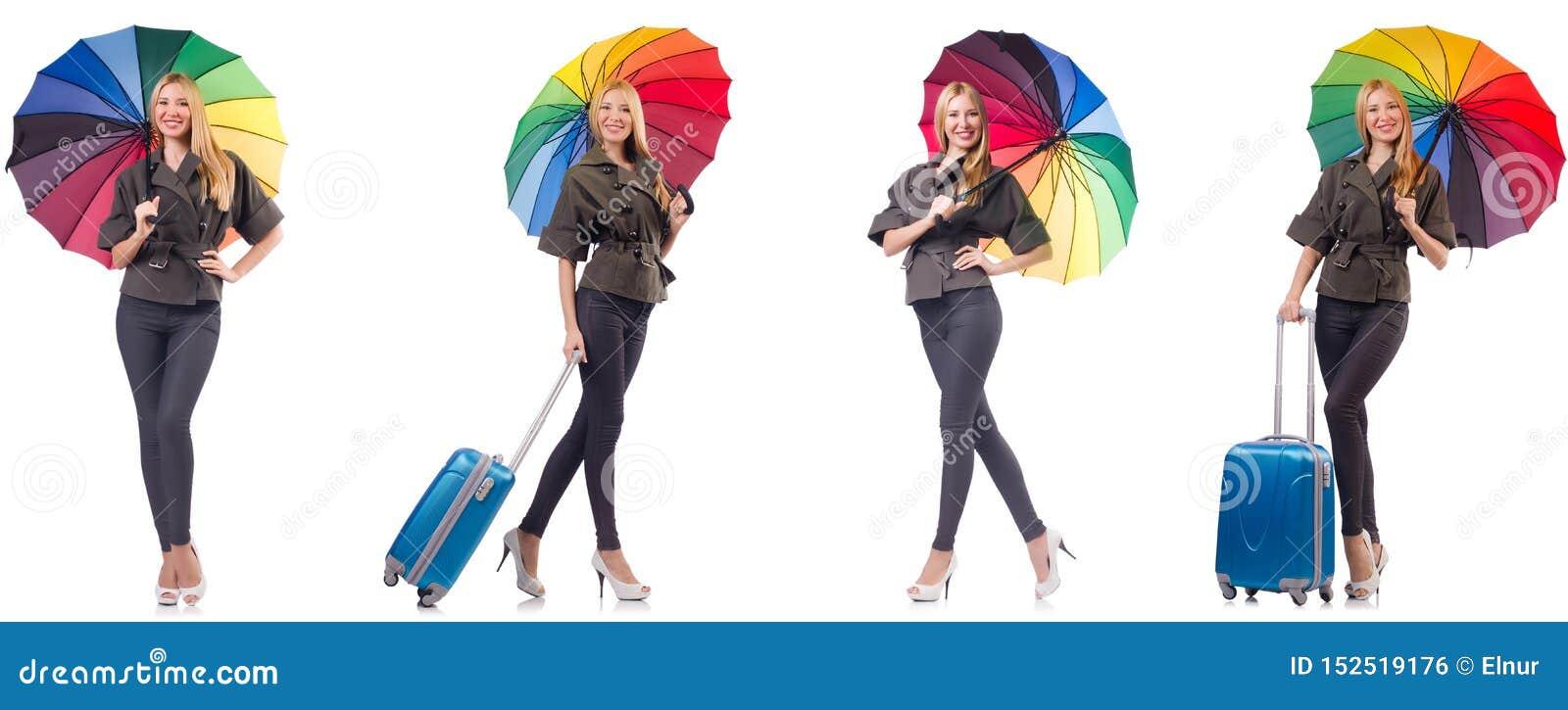 Mulher com a mala de viagem e o guarda-chuva isolados no branco