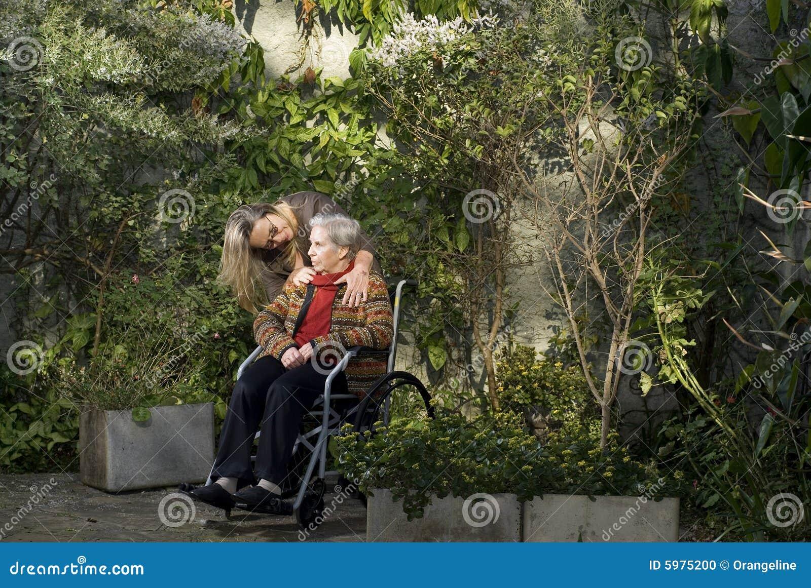 fotos jardim horizontal : fotos jardim horizontal:Foto de Stock: Mulher com a matriz no jardim – horizontal