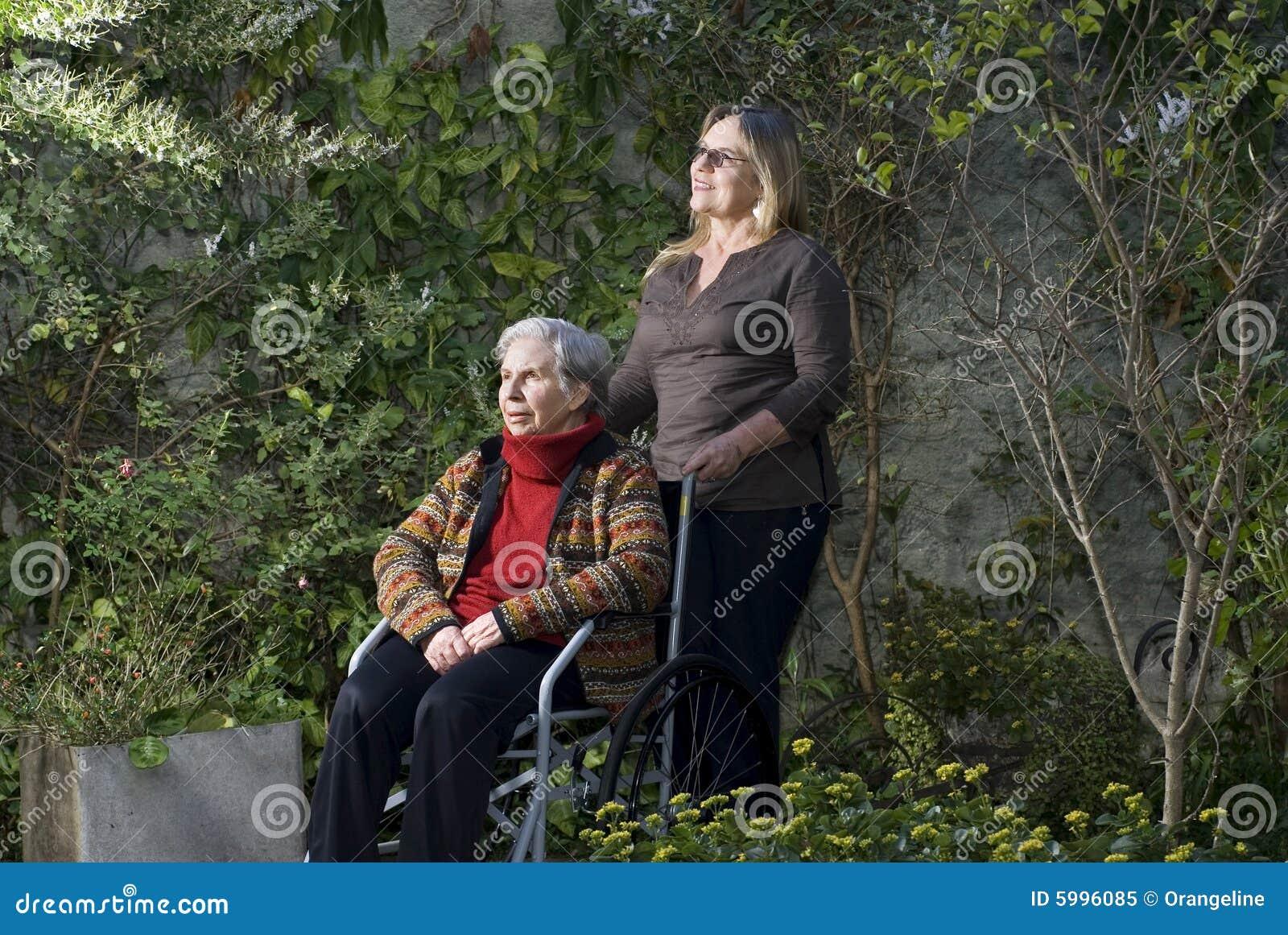 fotos jardim horizontal : fotos jardim horizontal:Mulher Com A Matriz No Jardim – Horizontal Foto de Stock Royalty Free