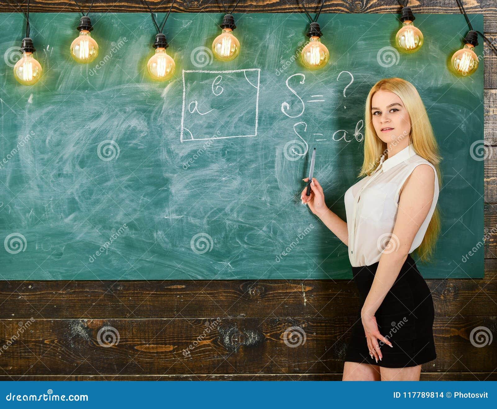 Mulher com nádegas agradáveis que ensina a matemática Conceito  sexy  do professor Professor  sexy  da senhora na saia curto que