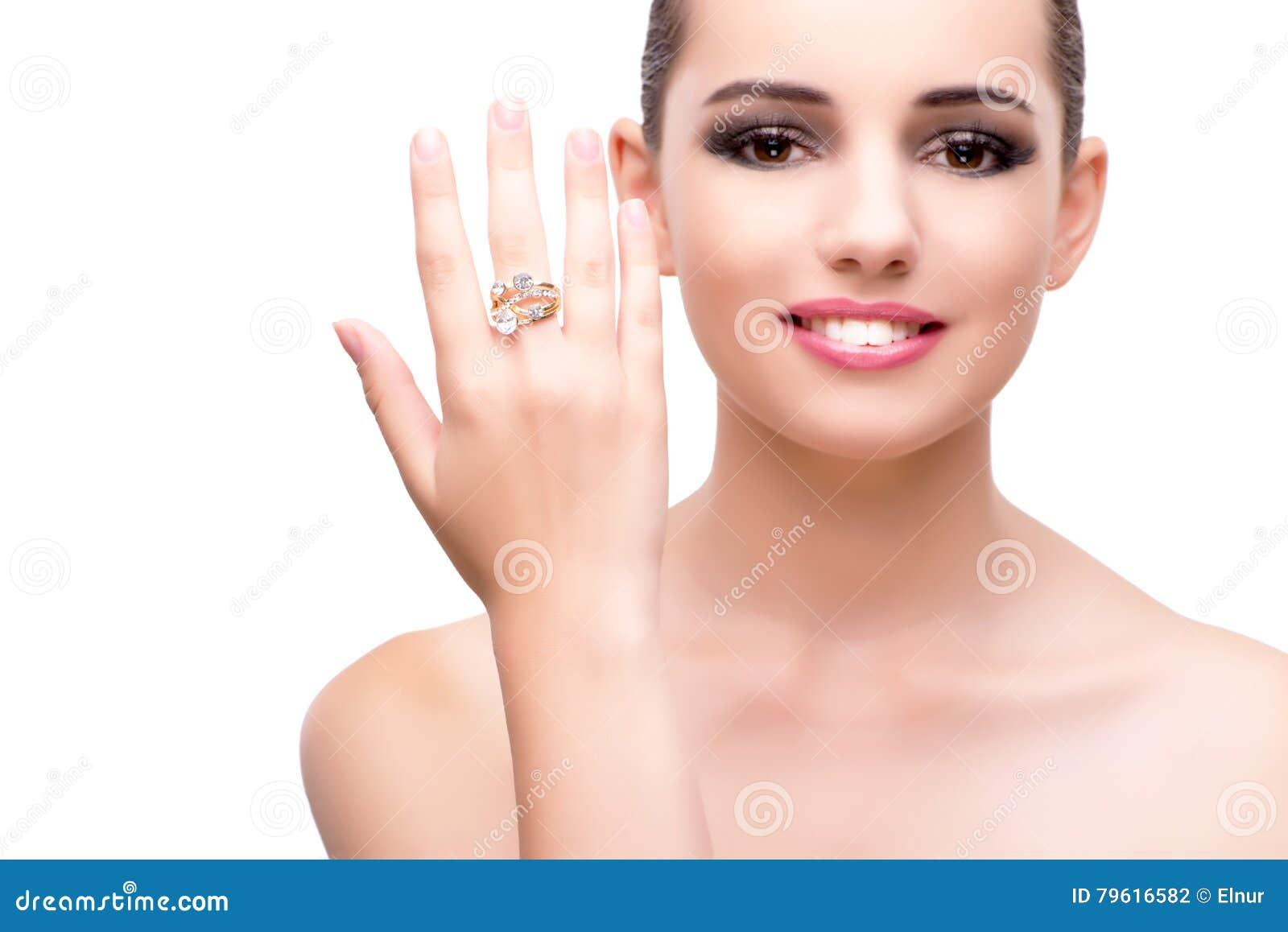 A mulher com o anel de noivado isolado no branco
