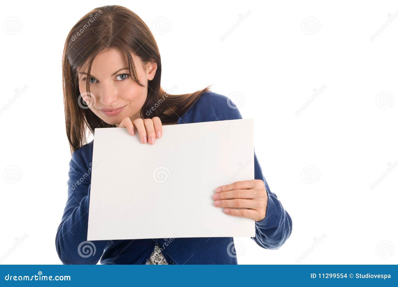 Mulher com o cartão de nota em branco
