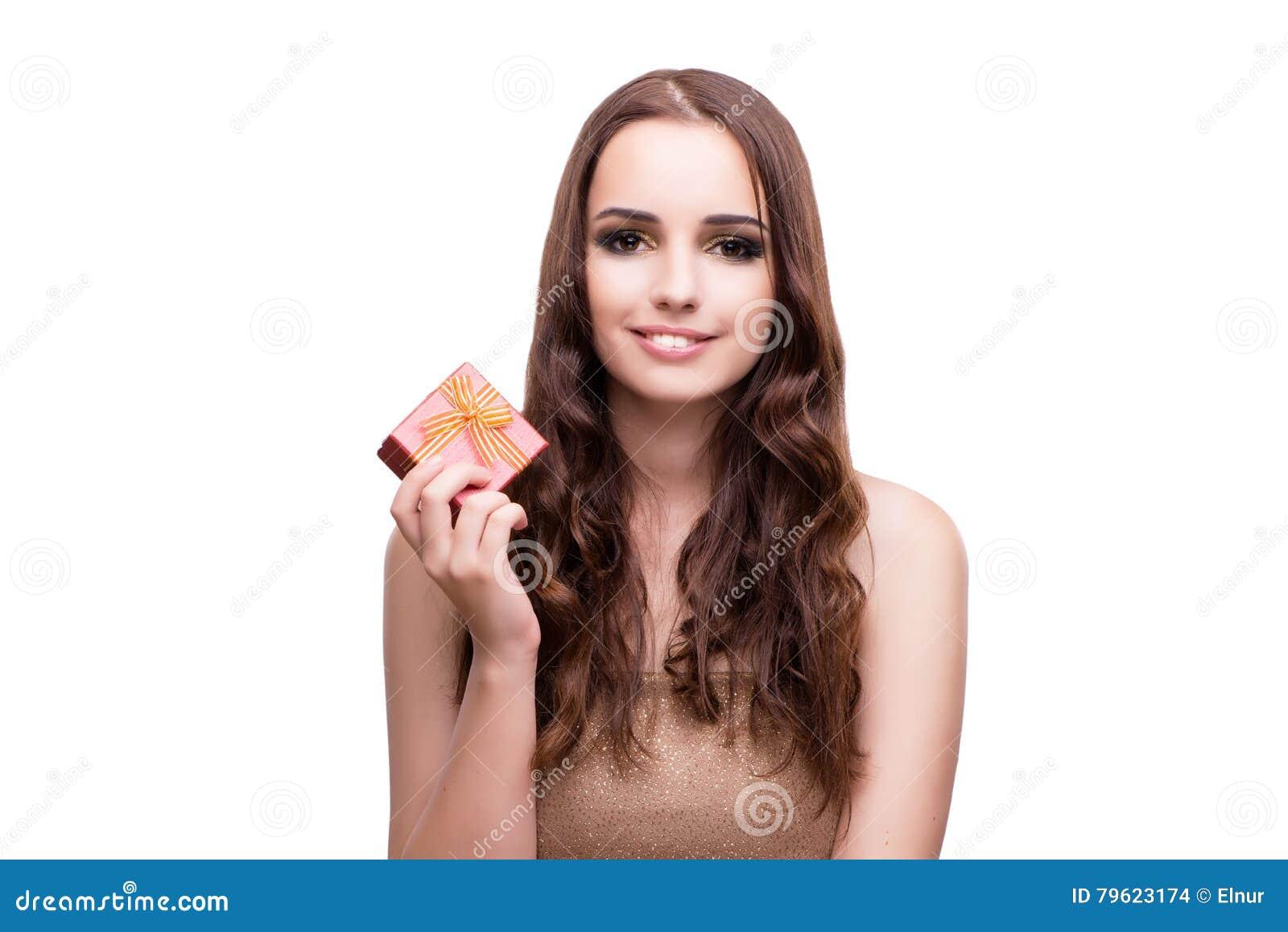 A mulher com o giftbox isolado no branco