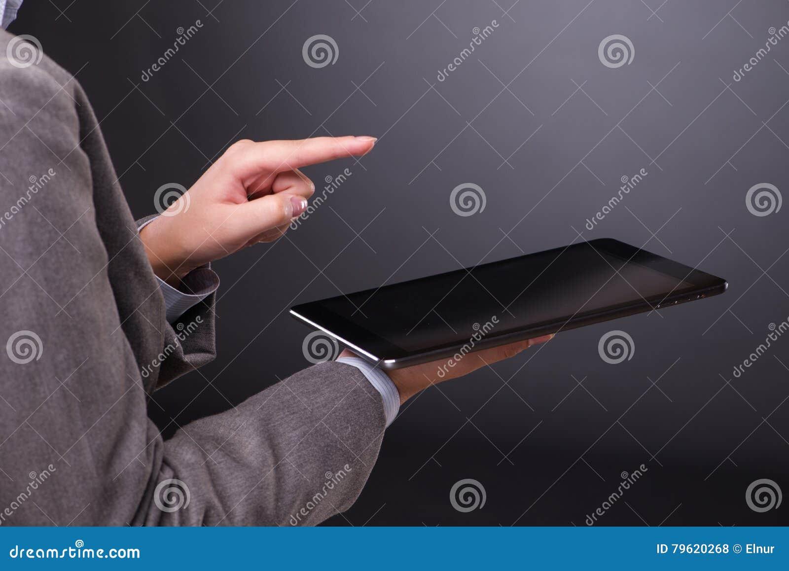 A mulher com o tablet pc no conceito do negócio