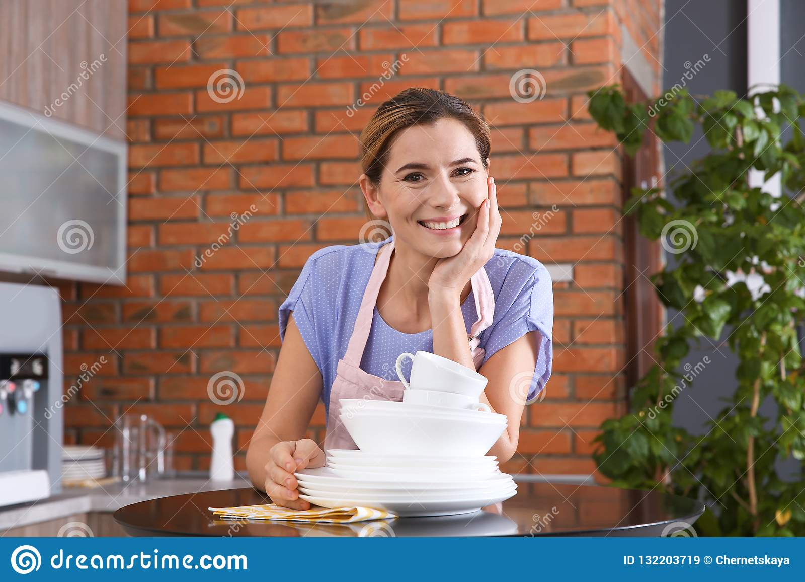 Mulher com os pratos limpos na tabela