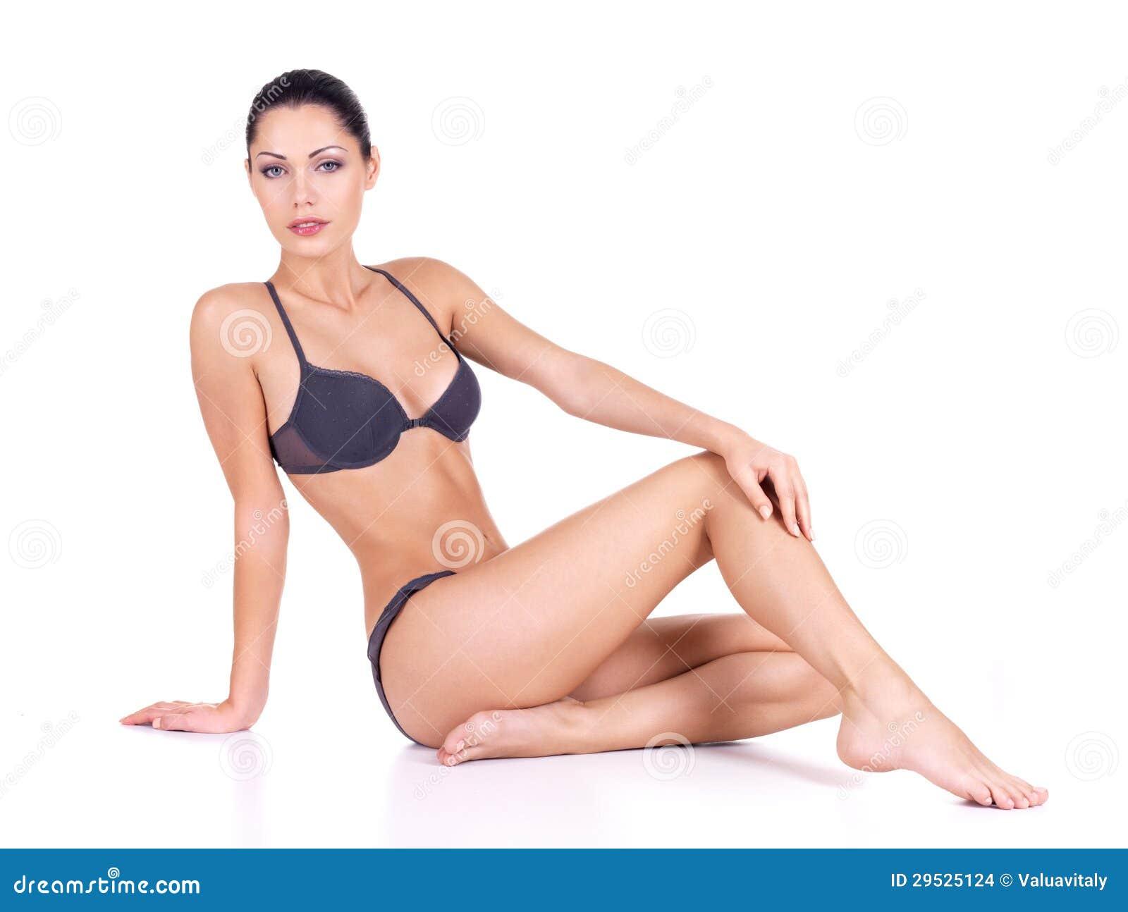 Mulher com pés magros longos bonitos