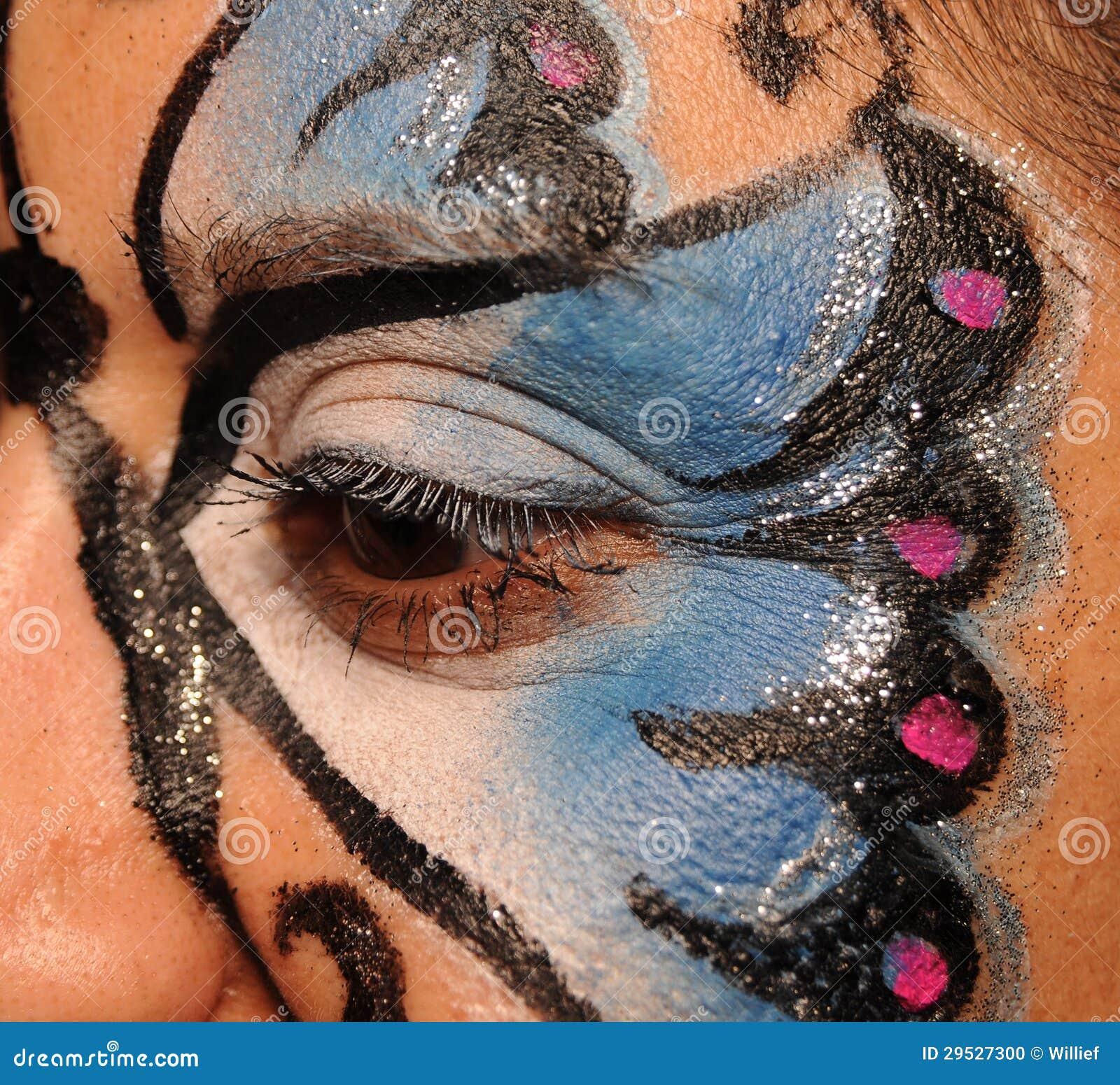 Mulher com pintura da face da borboleta