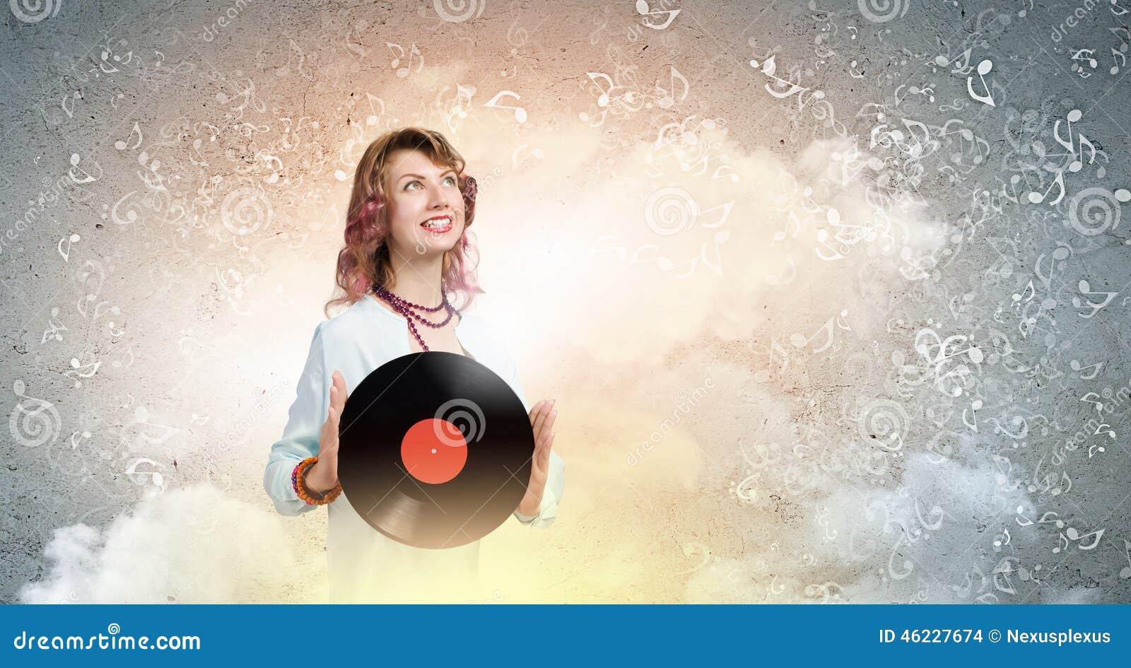 Mulher com placa do disco