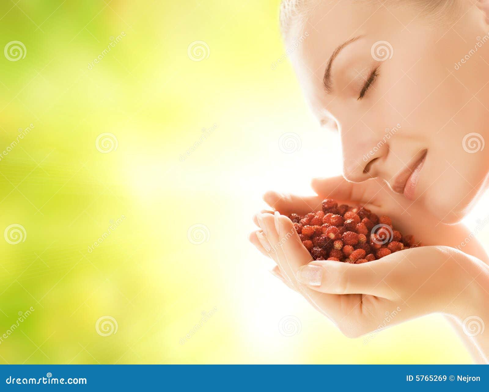 Mulher com punhado das morangos