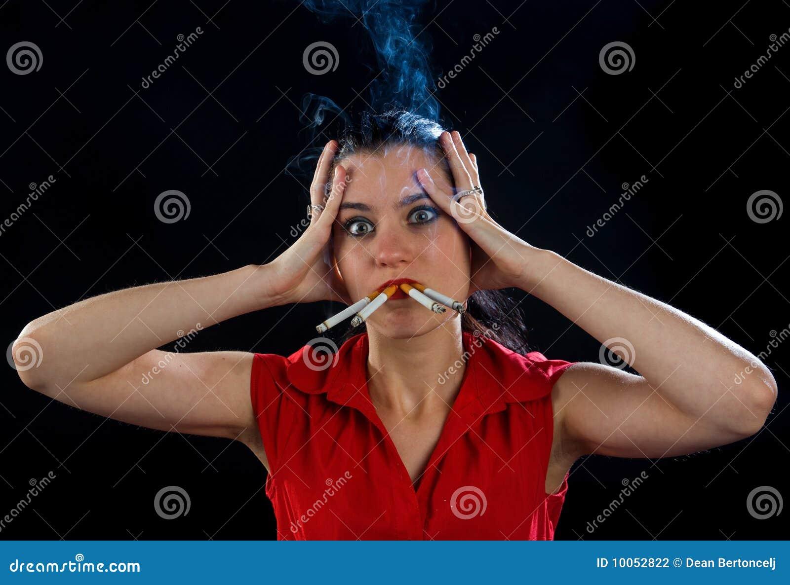 Mulher com quatro cigarros
