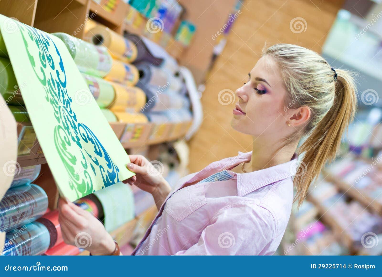 Download Mulher Com Rolos Do Papel De Parede Foto de Stock - Imagem de projeto, homemaker: 29225714