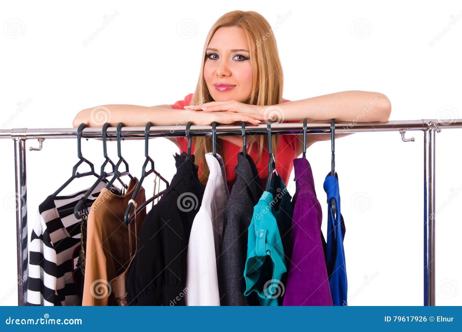 A mulher com a roupa isolada no branco
