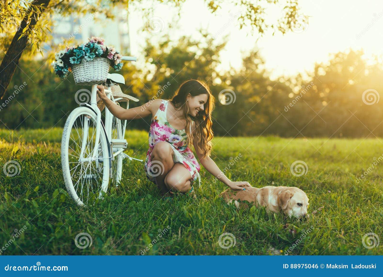 Mulher com seu cão bonito