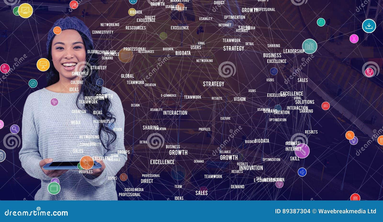 Mulher com a tabuleta contra a cidade da noite com conectores