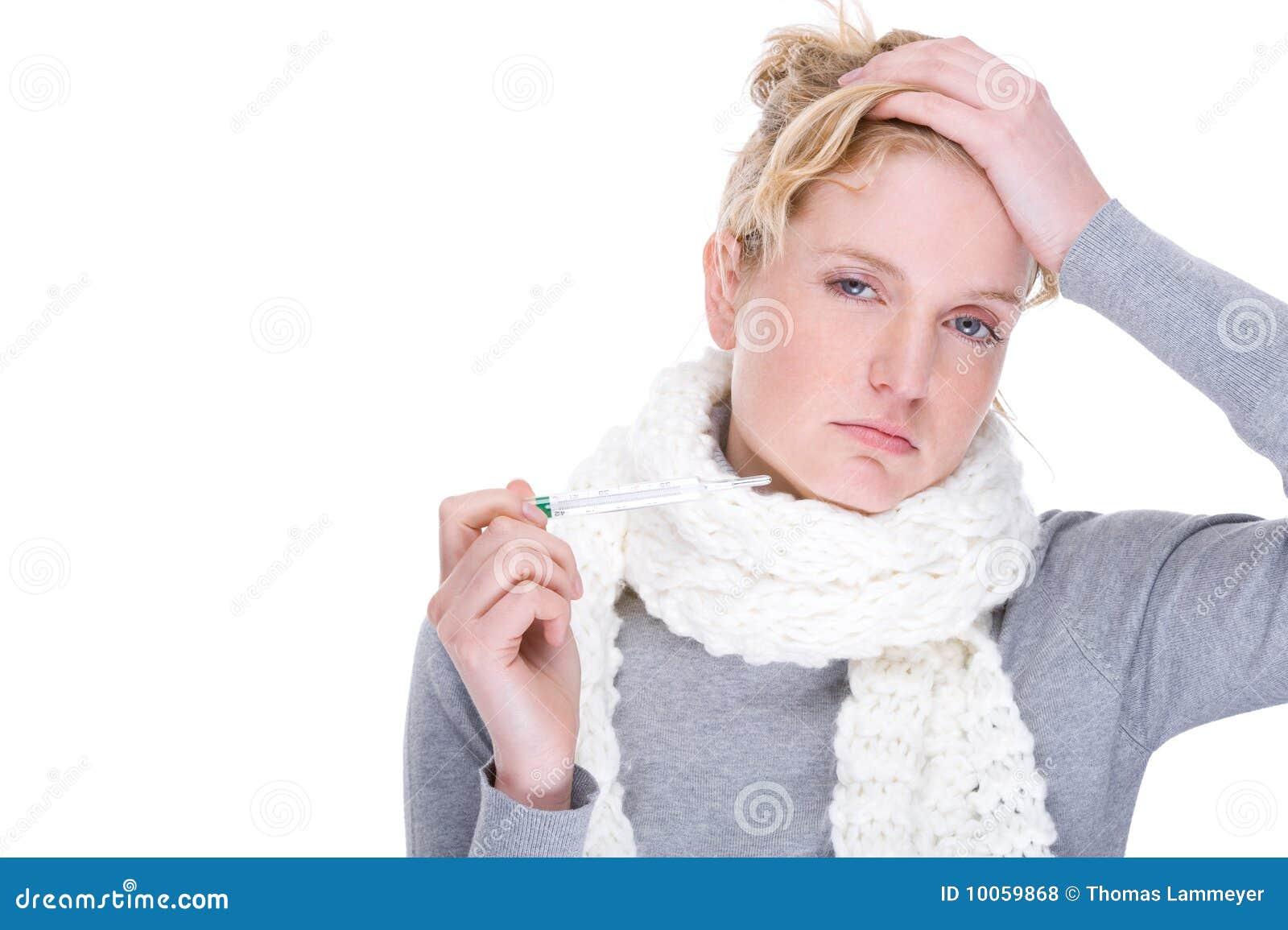 Mulher com termômetro clínico