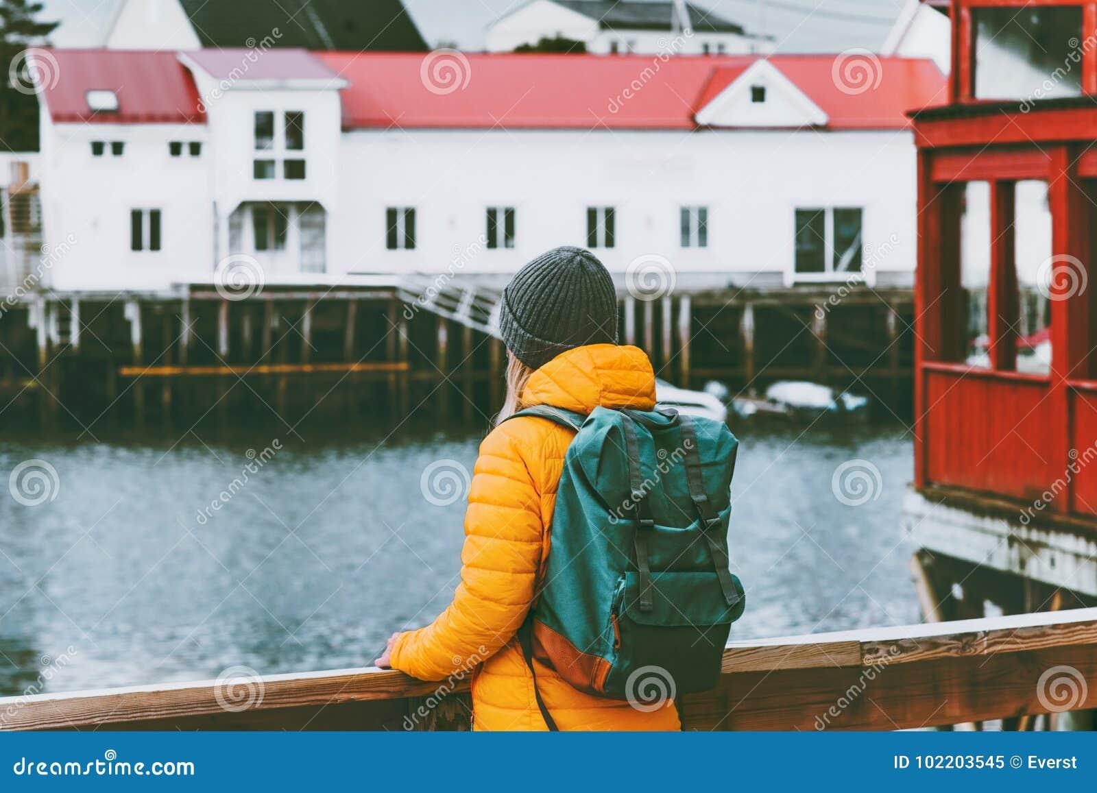 Mulher com a trouxa que viaja na aventura sightseeing do conceito do estilo de vida do curso de Noruega