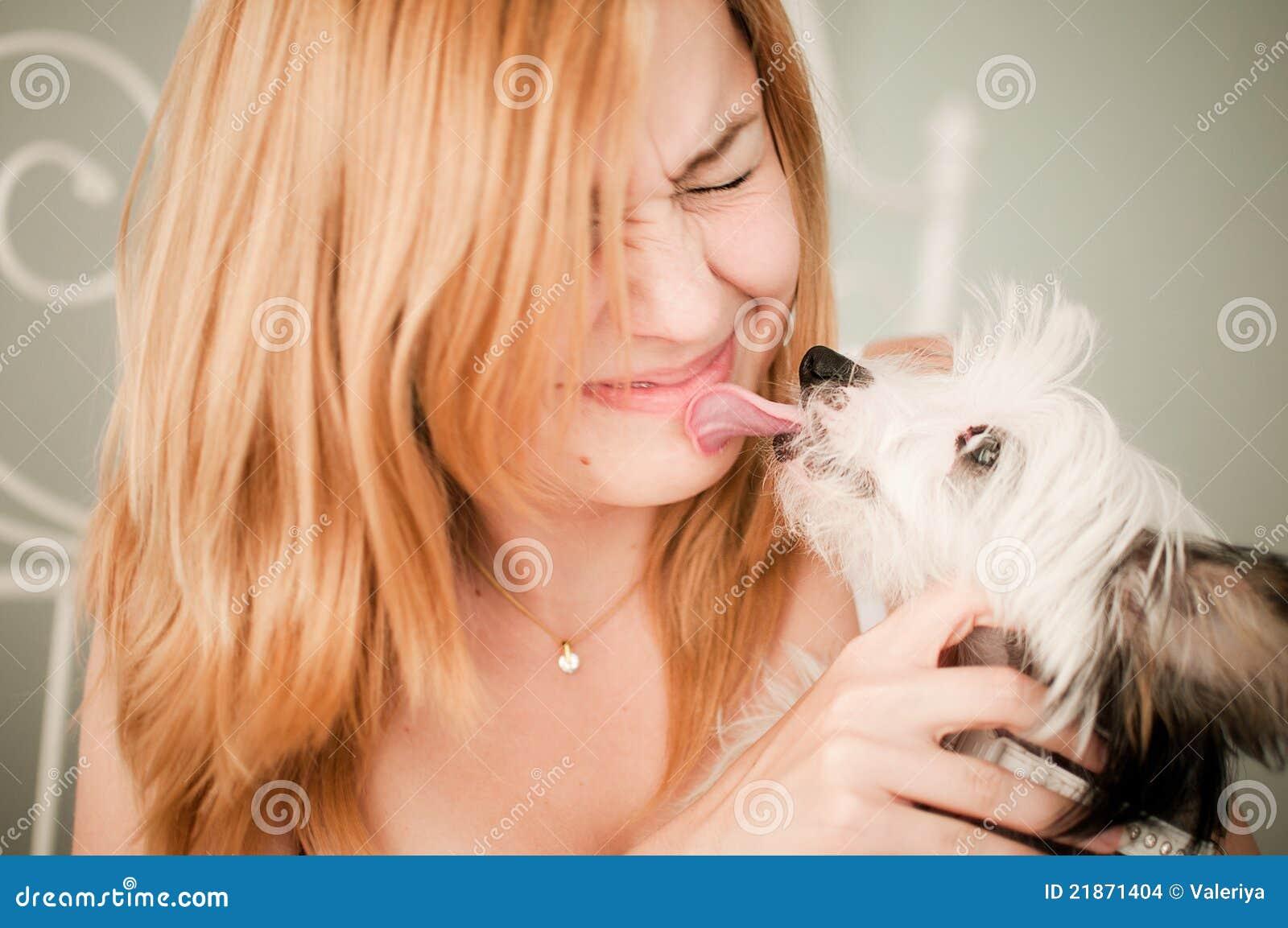 Mulher com um cão pequeno bonito