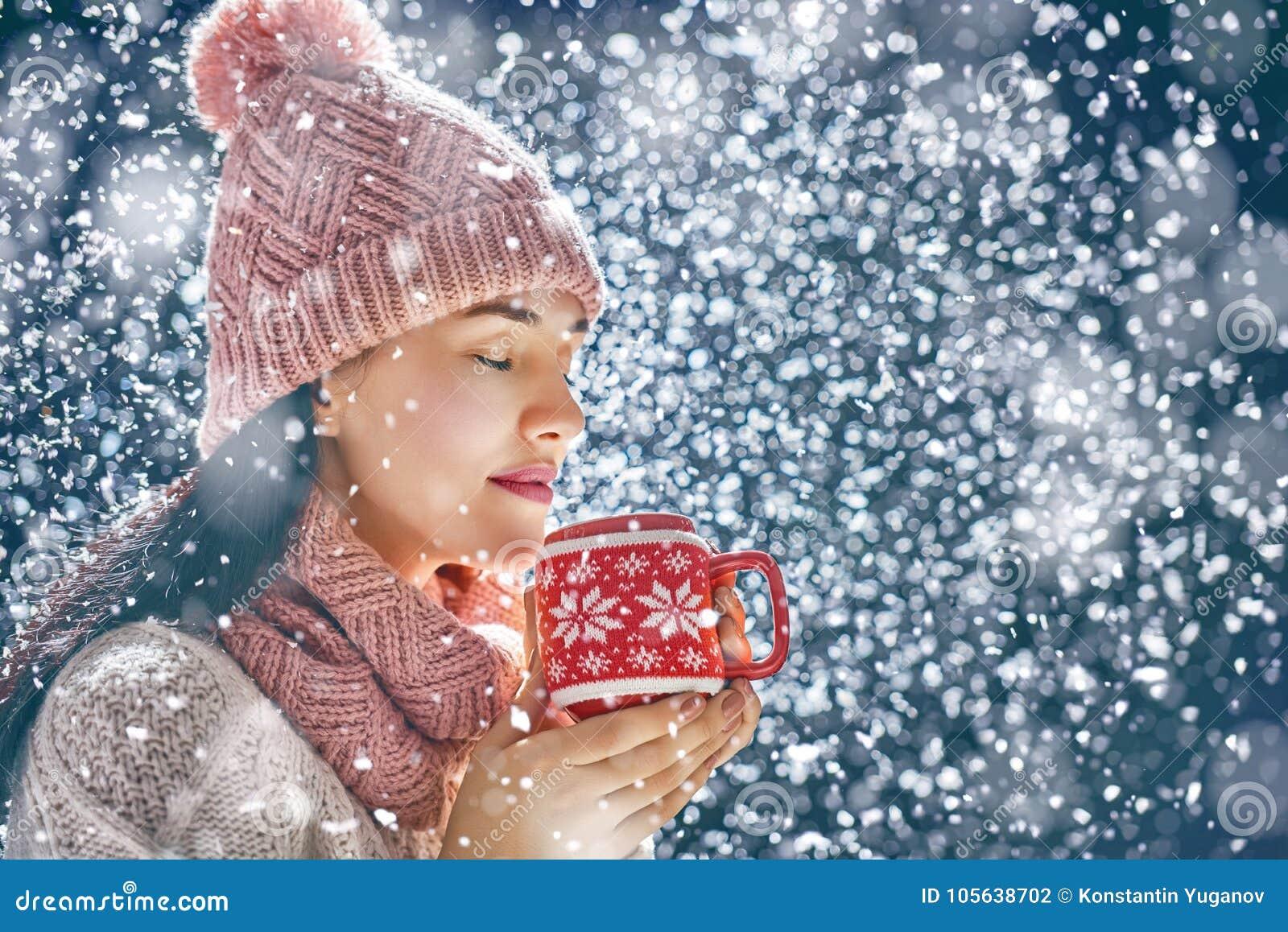 Mulher com um copo do chá quente