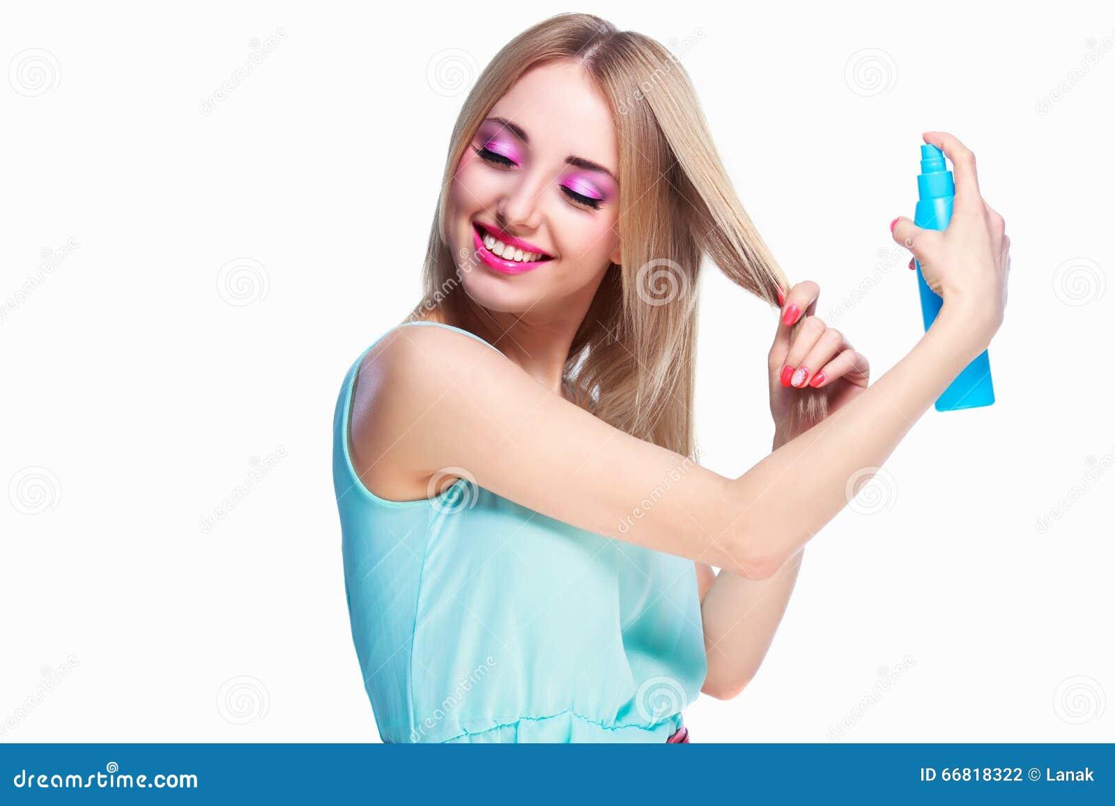 Mulher com um pulverizador de cabelo