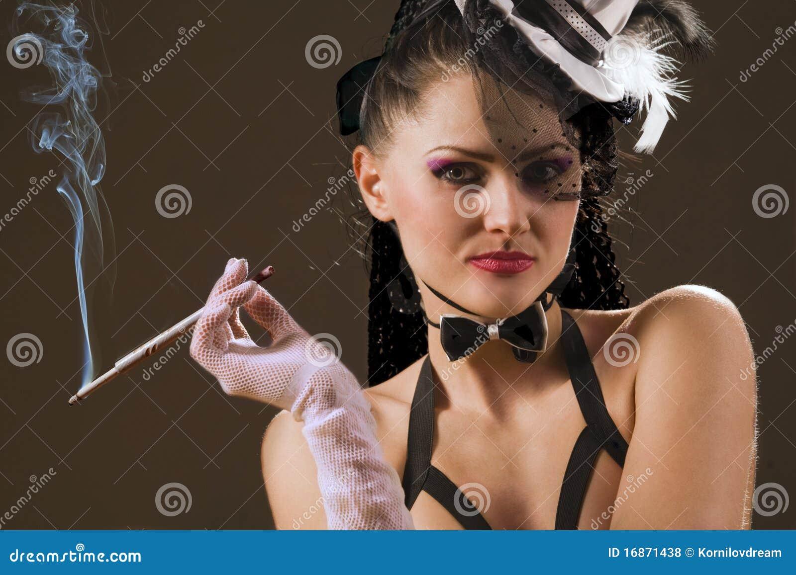 Mulher com um suporte de cigarro
