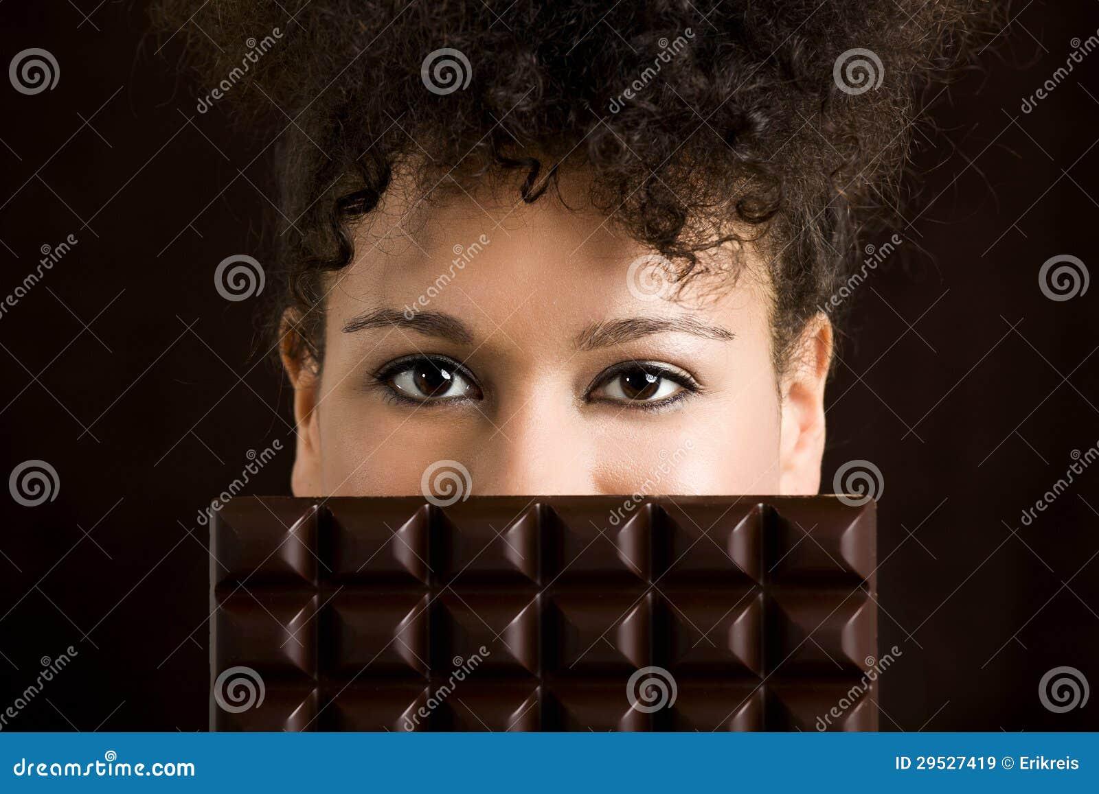 Mulher com uma barra de chocolate