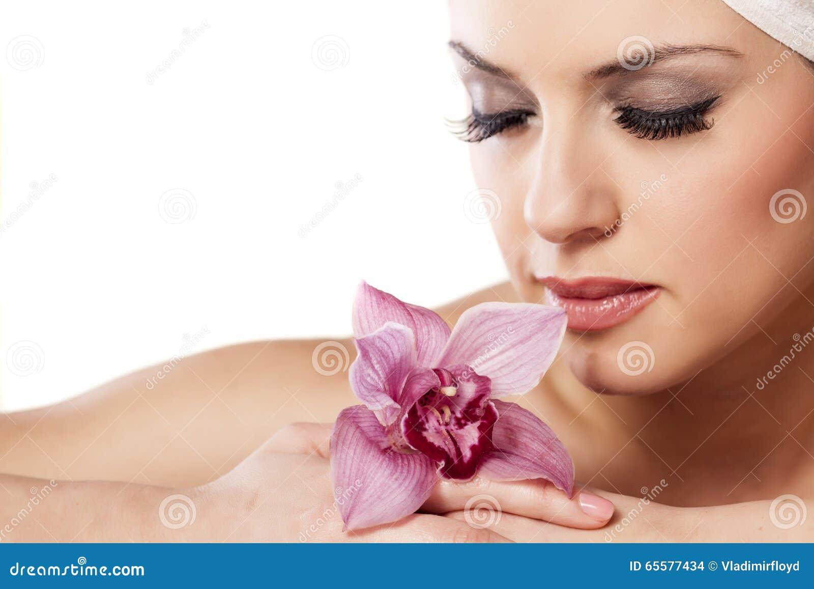 Mulher com uma orquídea