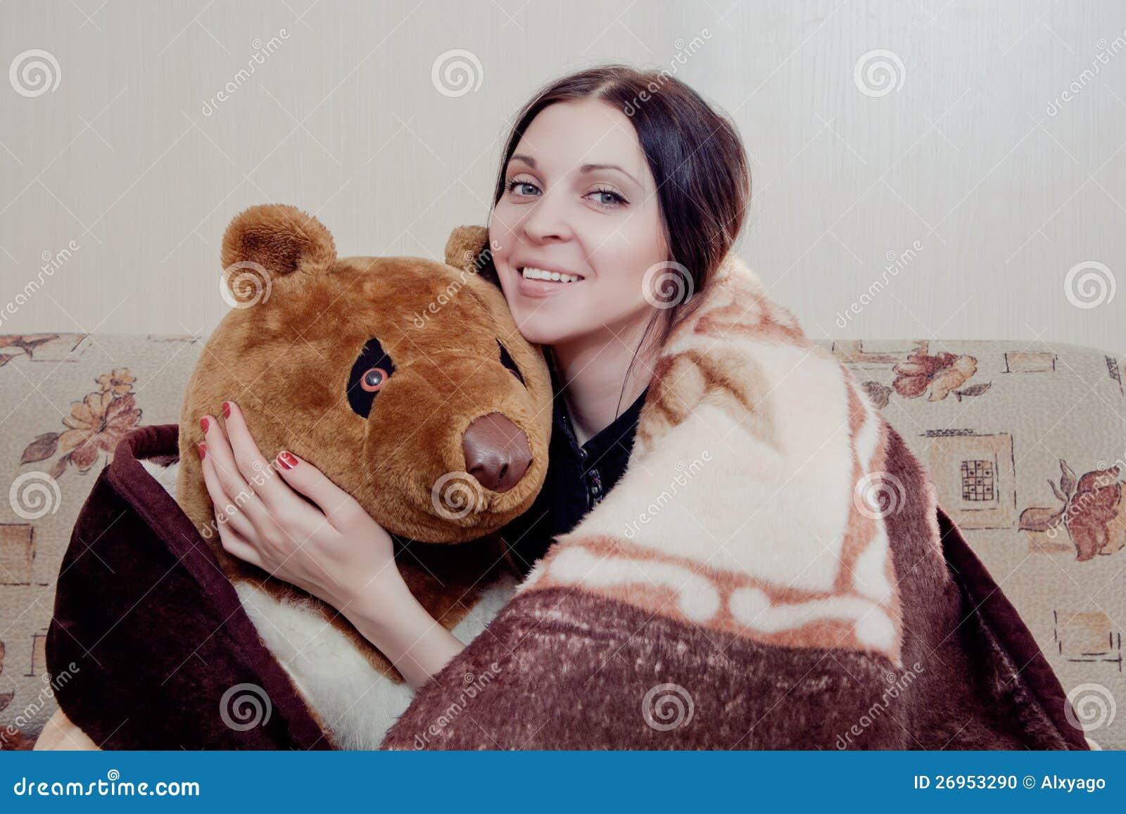 Mulher com urso de peluche