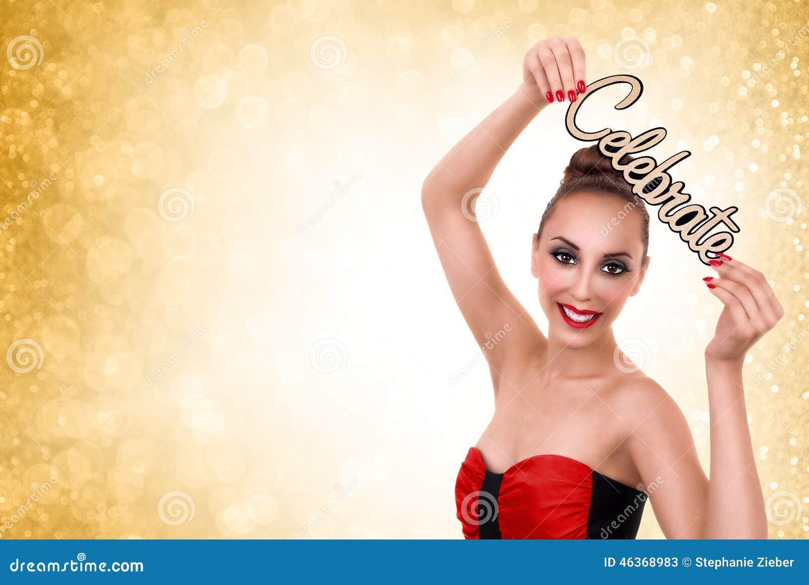 A mulher comemora anos novos ou festa de Natal