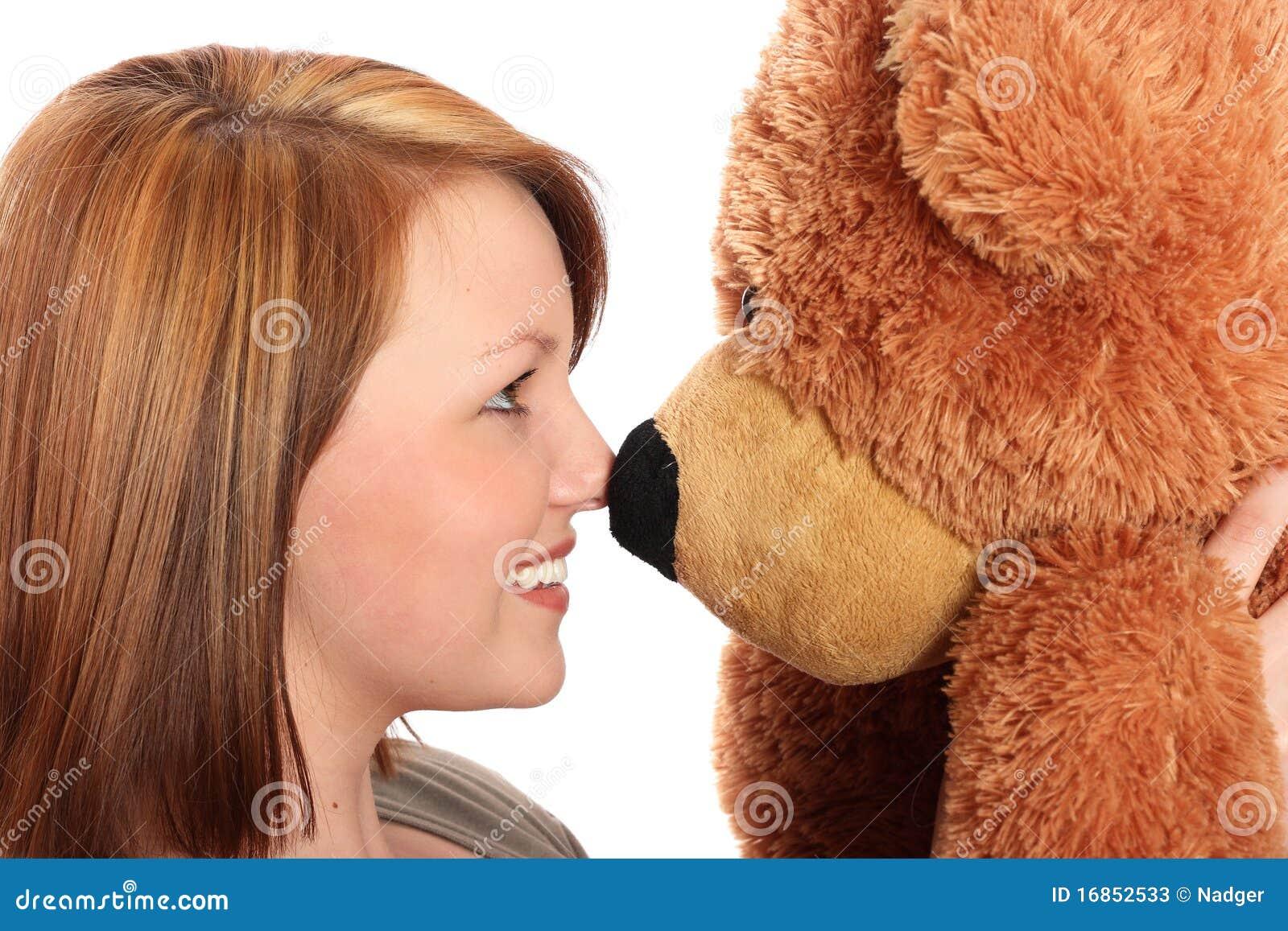 Mulher consideravelmente nova e seu urso da peluche