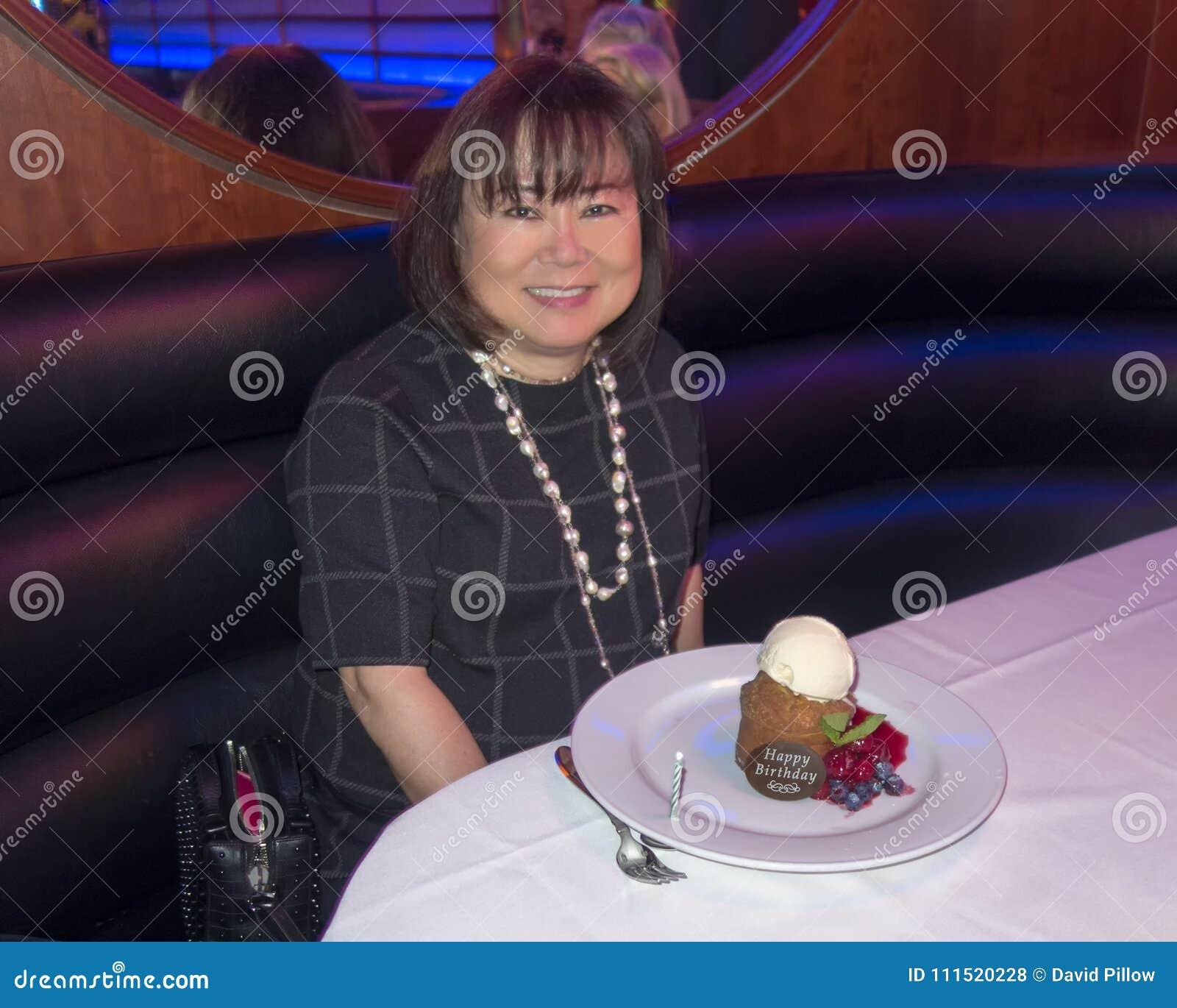Mulher coreana que comemora seu 60th aniversário