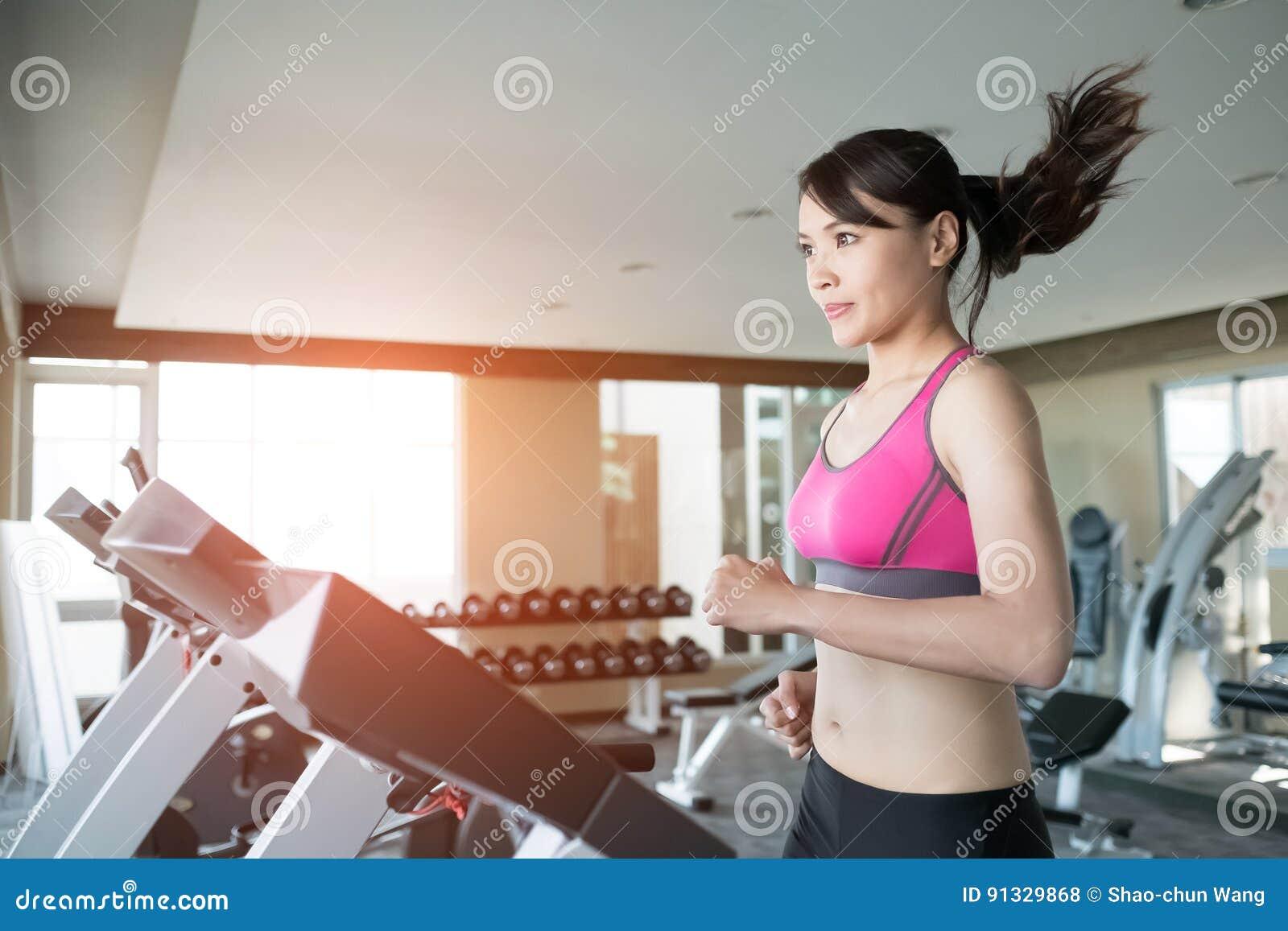 Mulher corrida na escada rolante