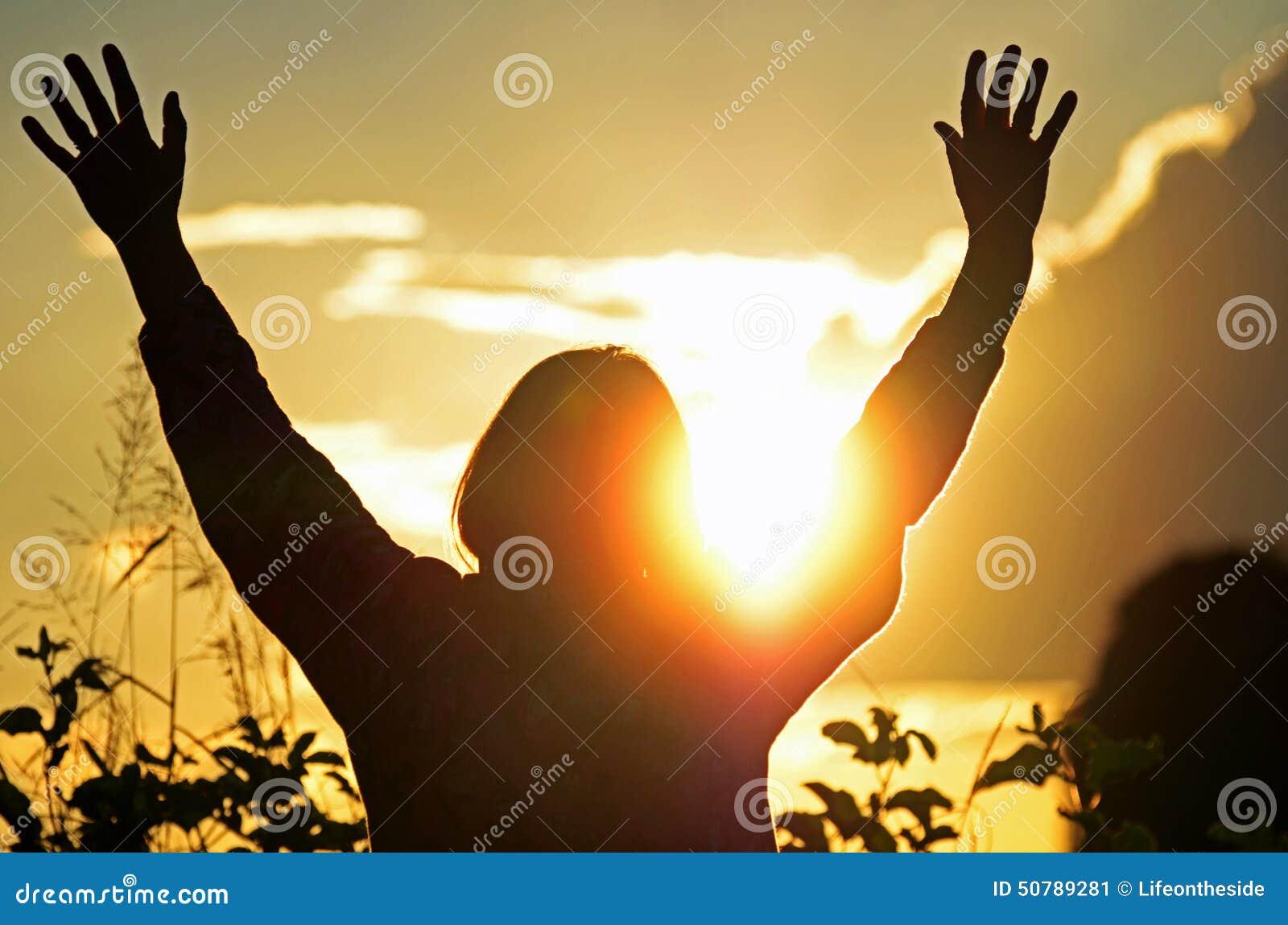 A mulher cristã adora & elogia o deus que espera para a oração respondida