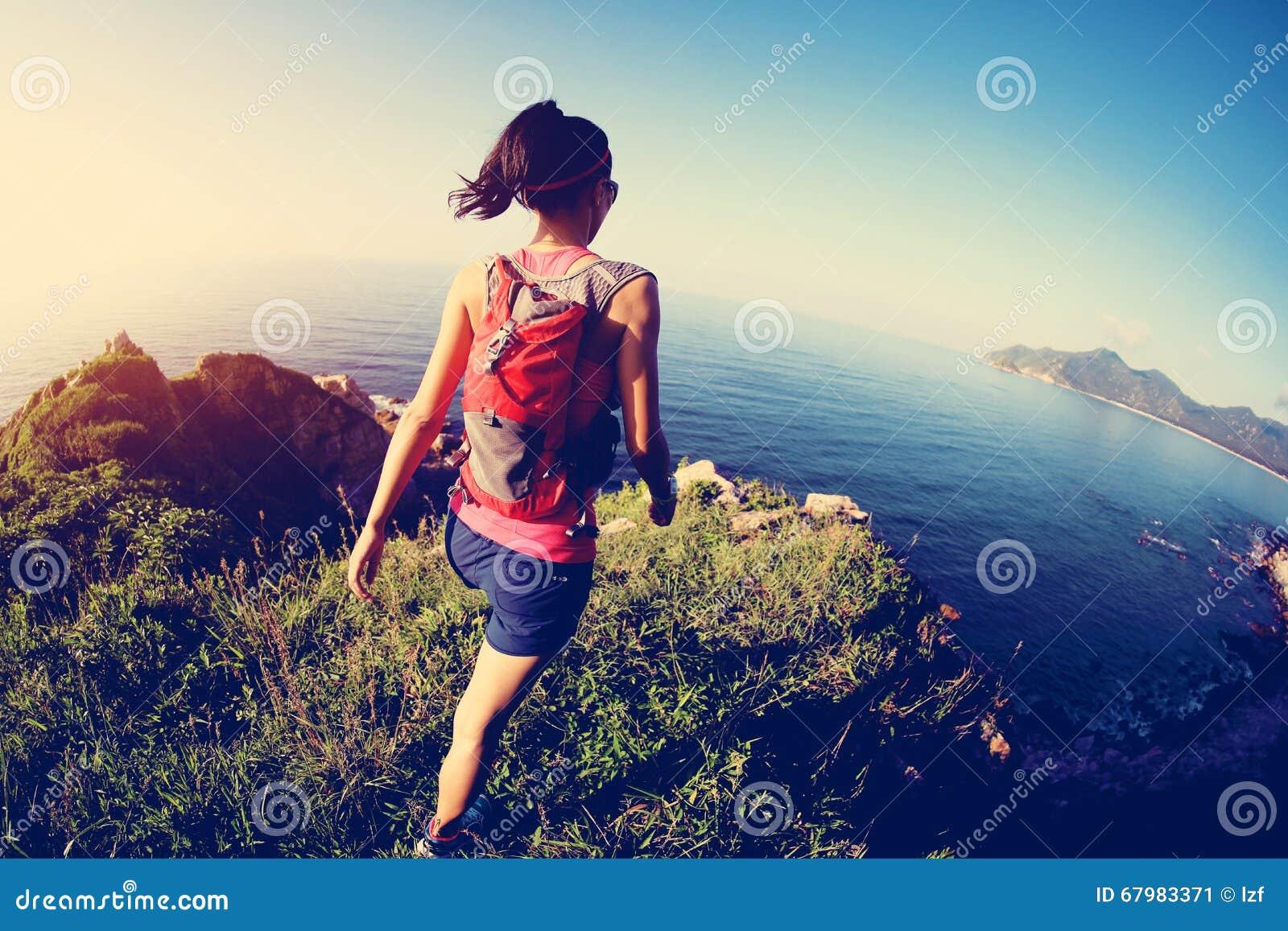 Mulher da aptidão que corre na fuga de montanha do beira-mar