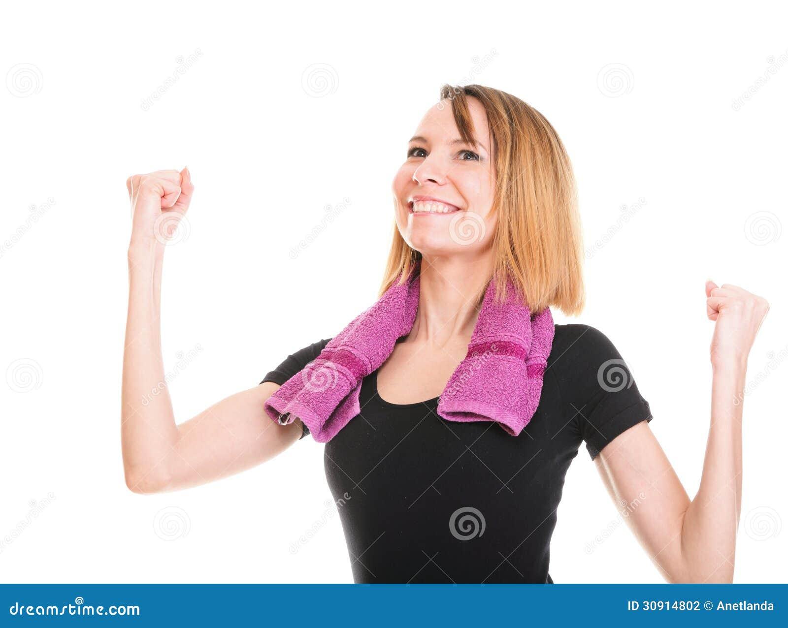 Mulher da aptidão que salta a fêmea isolada entusiasmado que sorri mostrando a MU