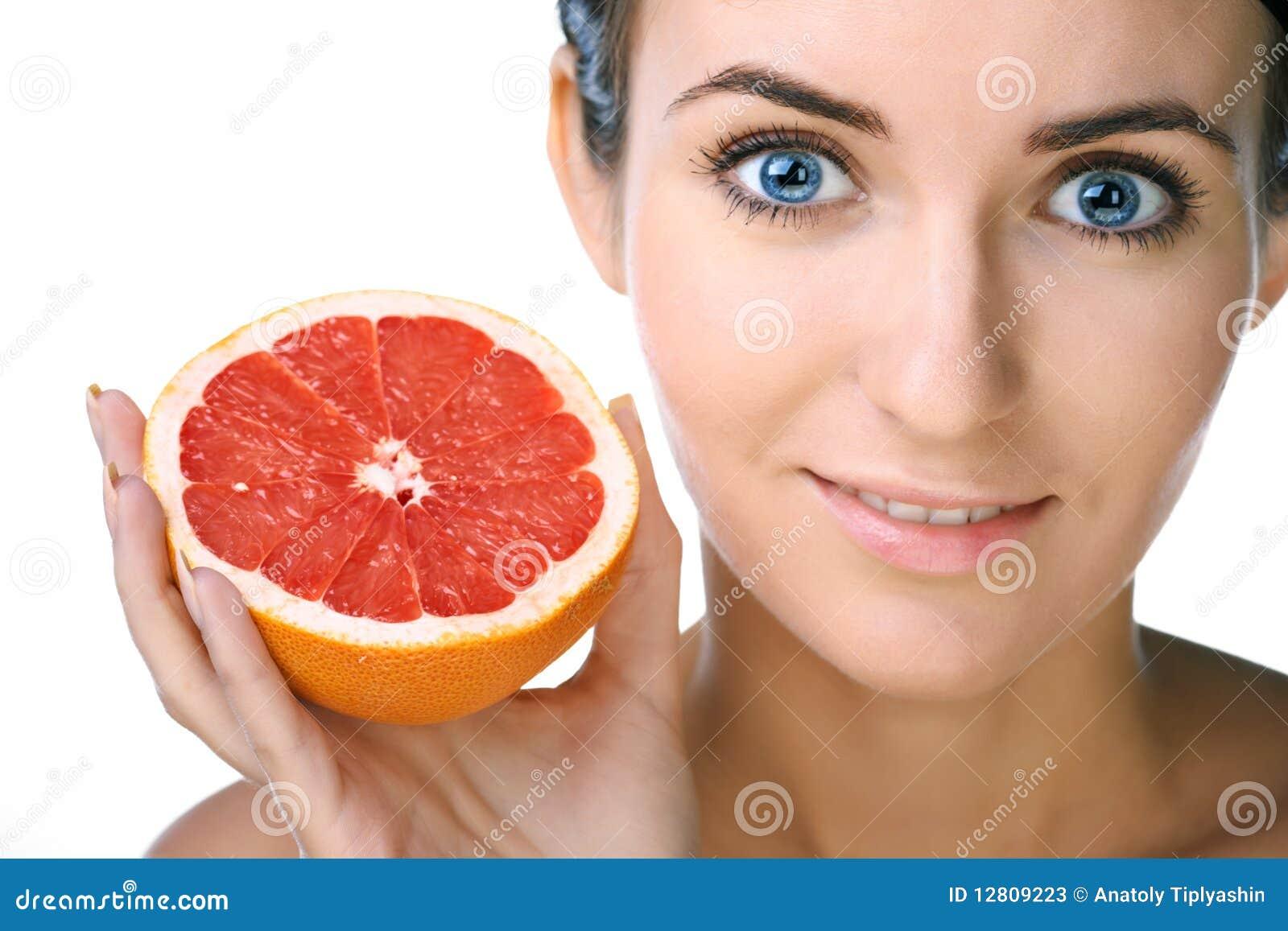 Mulher da beleza com fruta