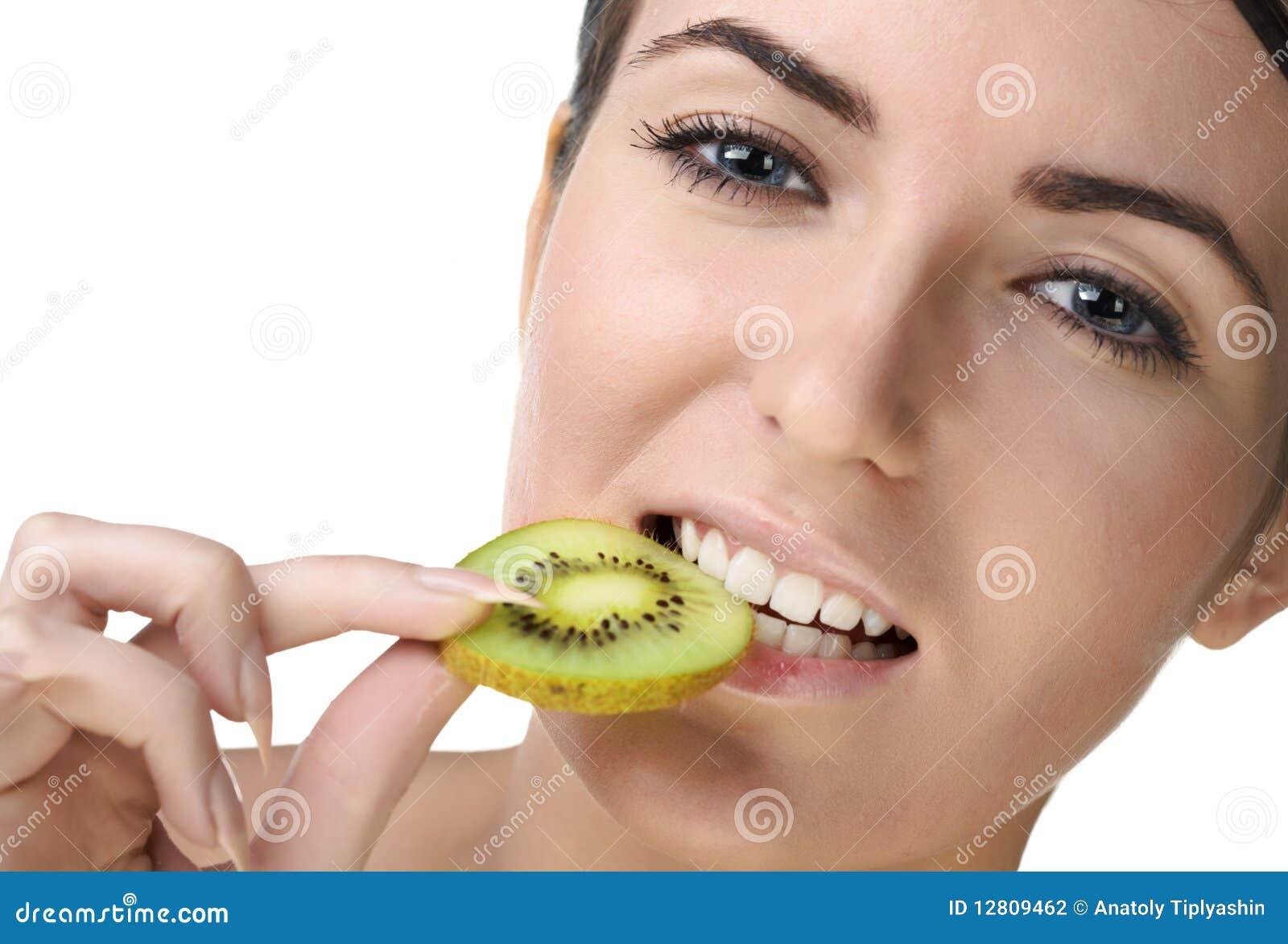 Mulher da beleza com frutas