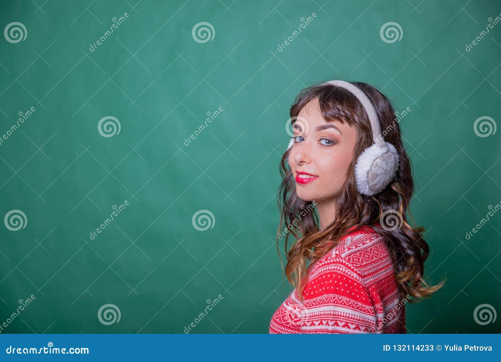 f9adf4009 Mulher da beleza do inverno Conceito da menina da forma Pele e cuidados  capilares na estação fria Mulher bonita com a camiseta vestindo e as capas  ...
