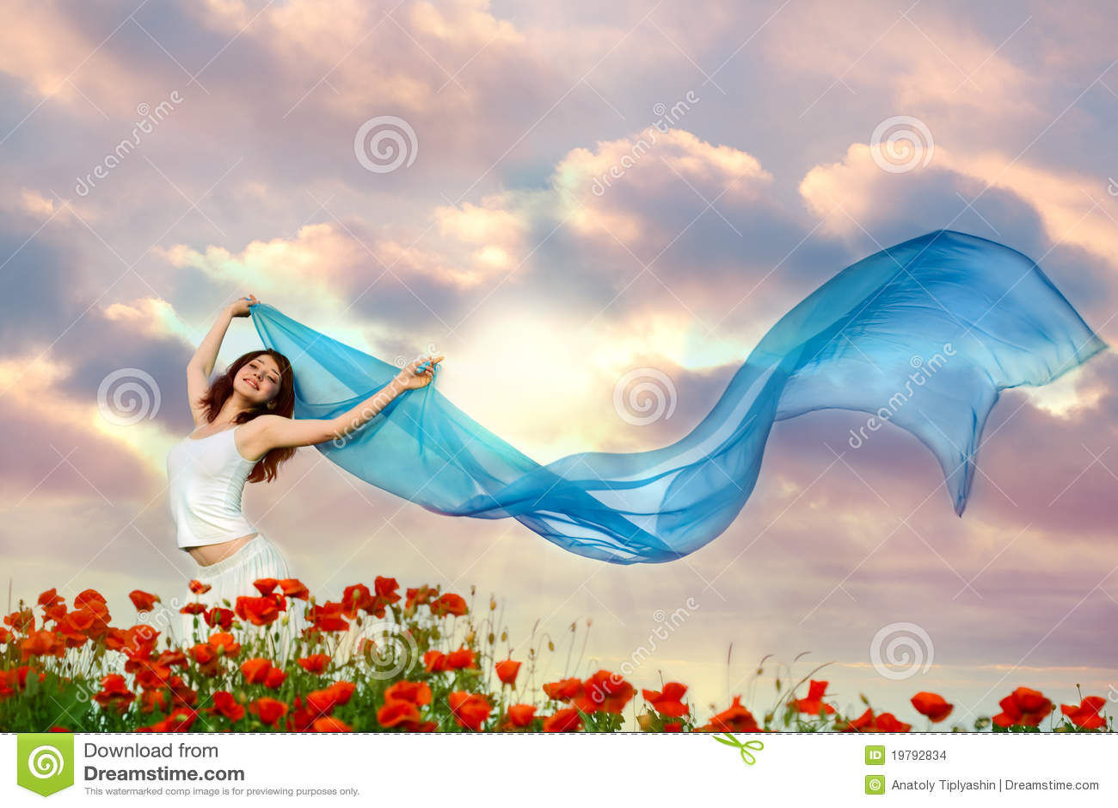 Mulher da beleza no campo da papoila com tecido