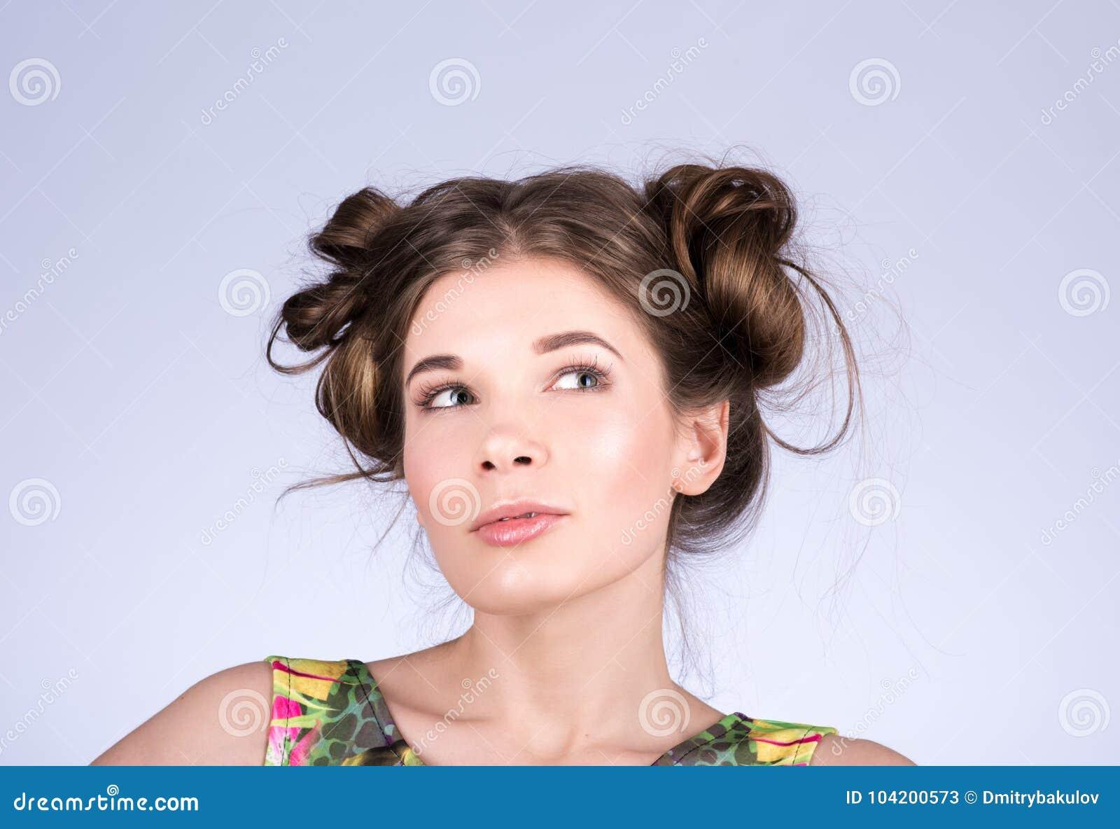 Mulher da beleza que pensa ou que escolhe Menina, penteado e composição adolescentes alegres bonitos