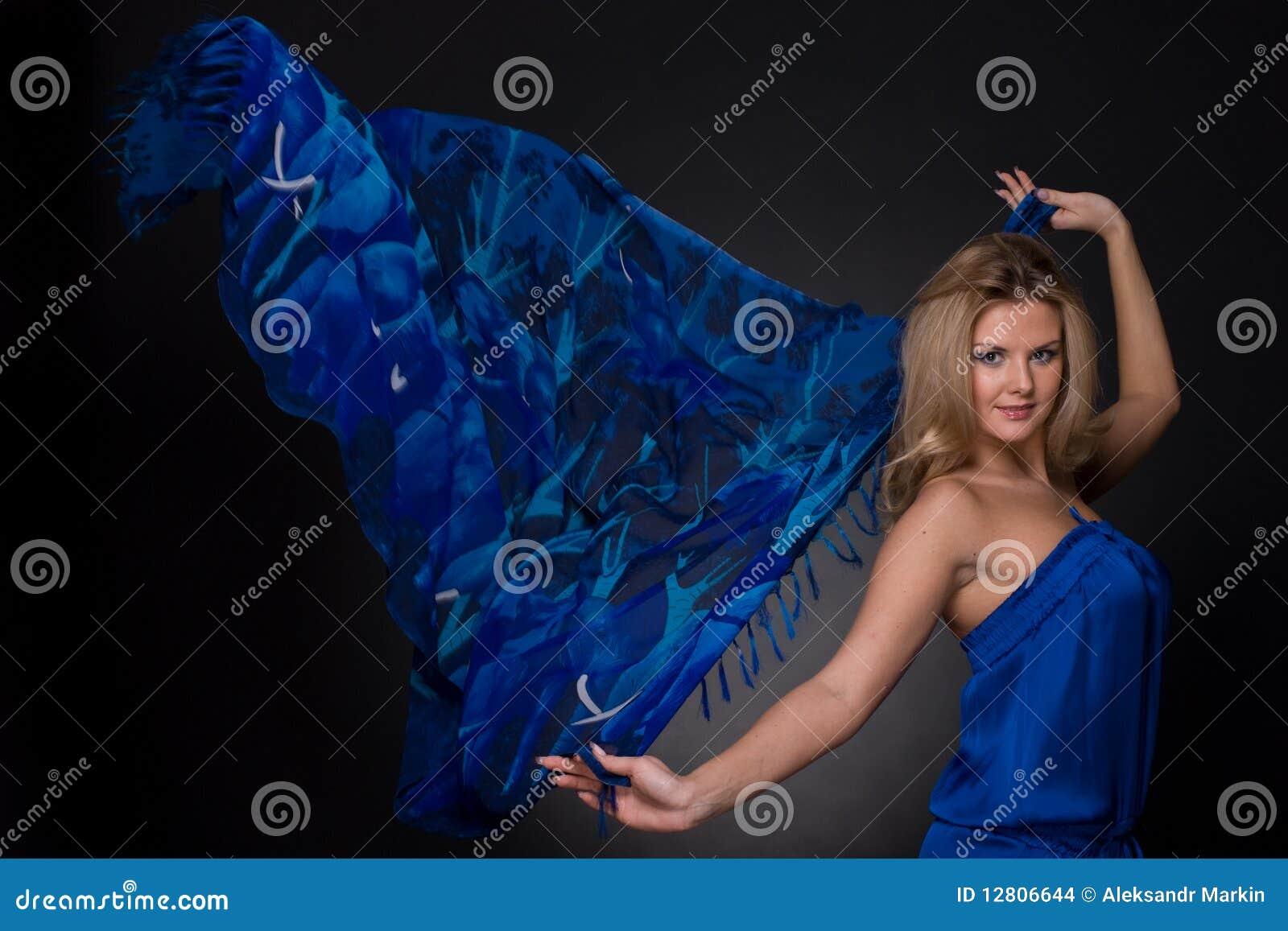 Mulher da forma com o lenço azul do vôo