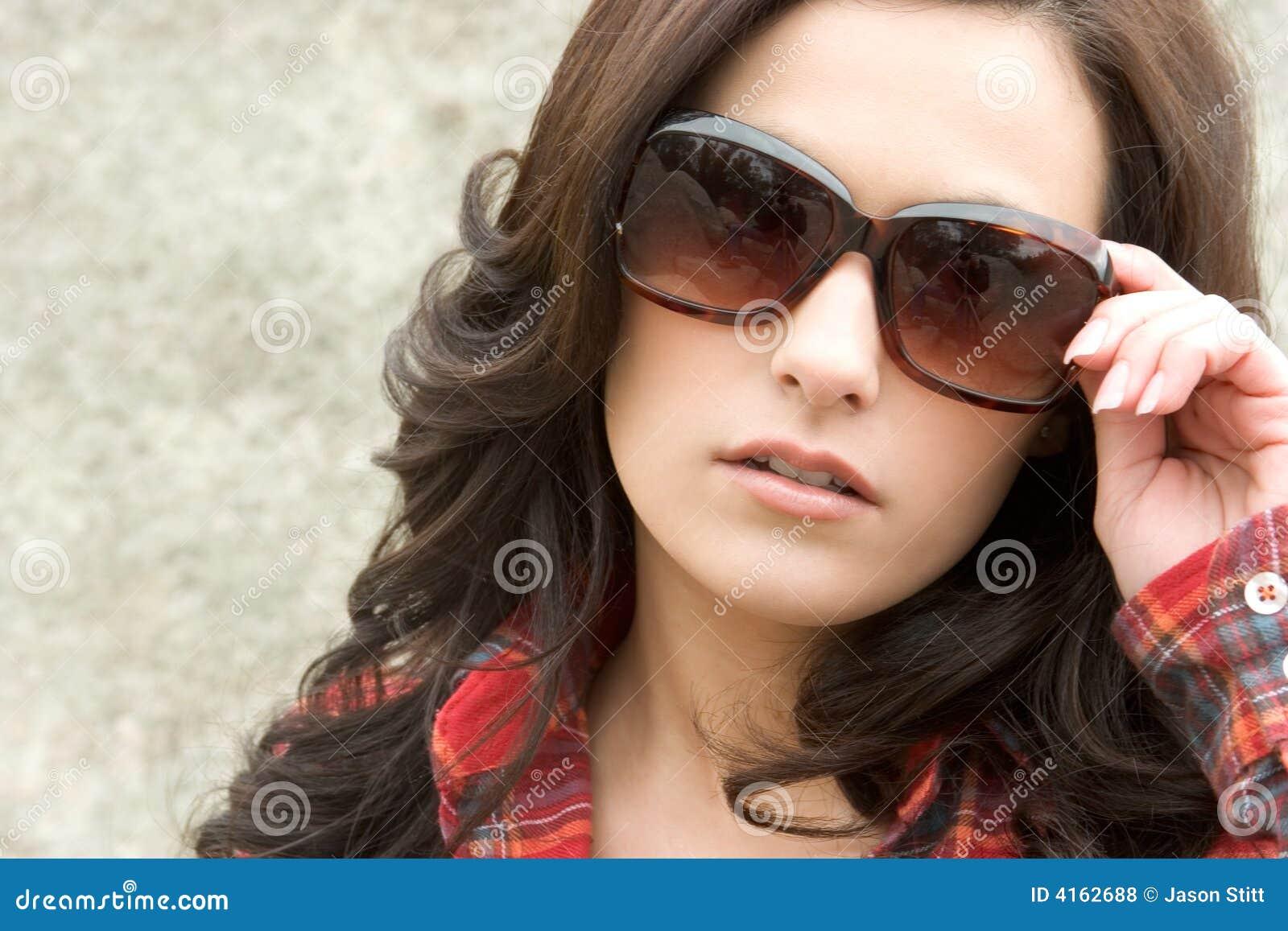 Mulher da forma dos óculos de sol