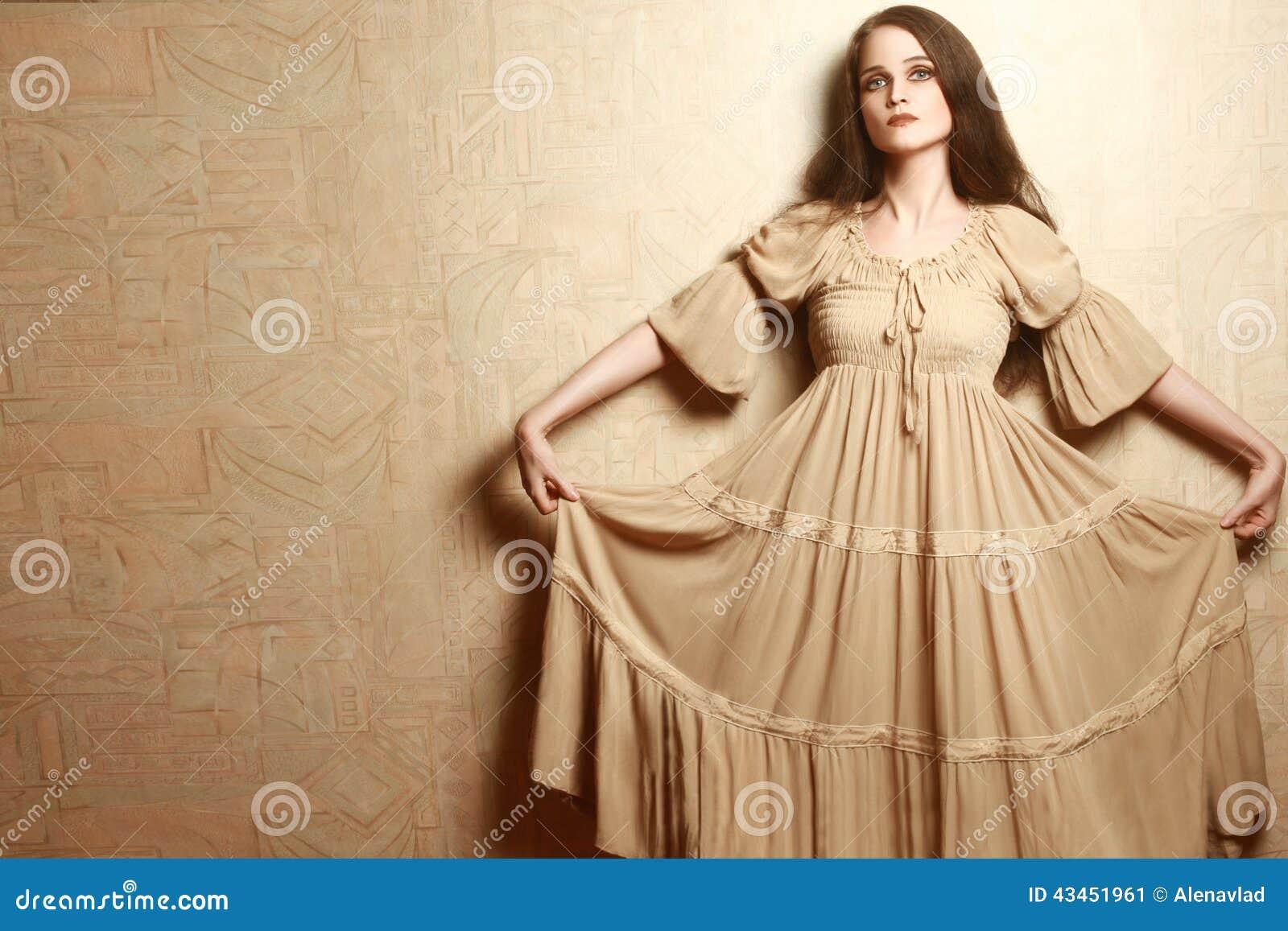Mulher Da Forma No Estilo Retro Da Roupa Do Vestido Do Vintage