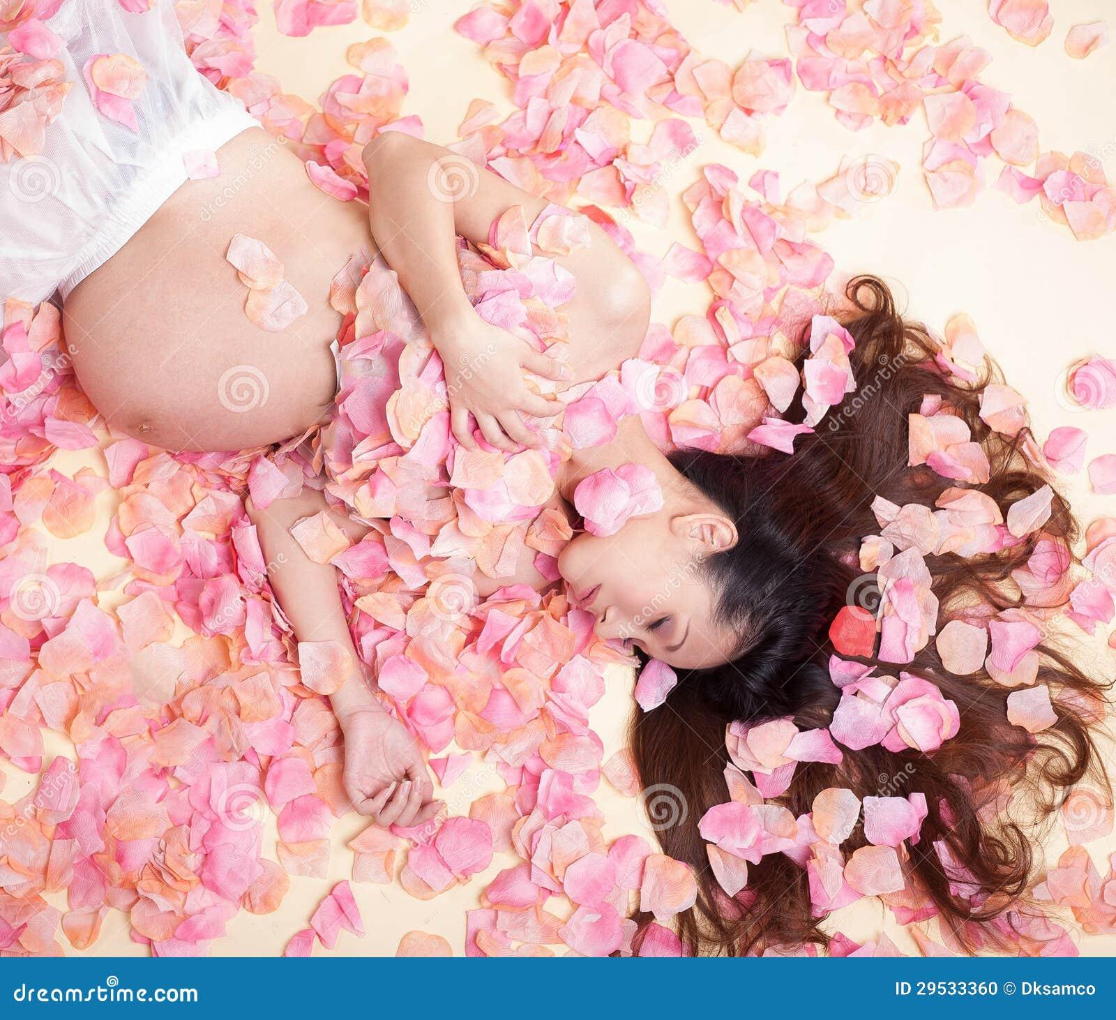 Mulher da gravidez no mar das flores