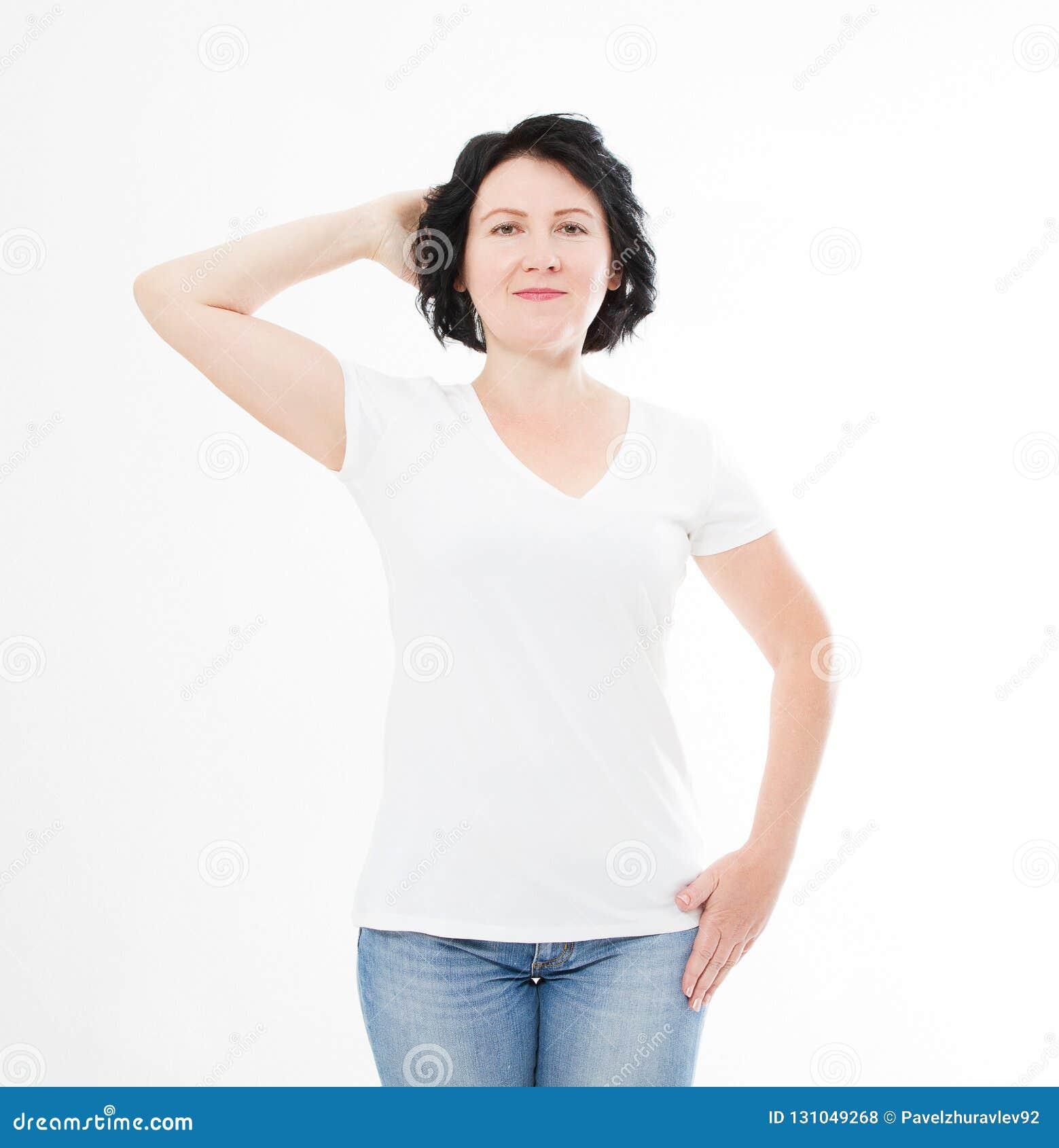 Mulher da Idade Média no t-shirt no fundo branco Zombaria acima para o projeto Copie o espaço molde blank